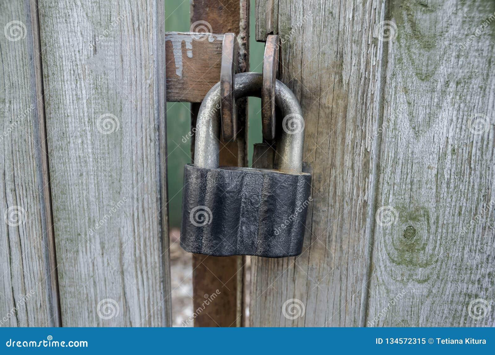 Derrame o castelo em portas de madeira