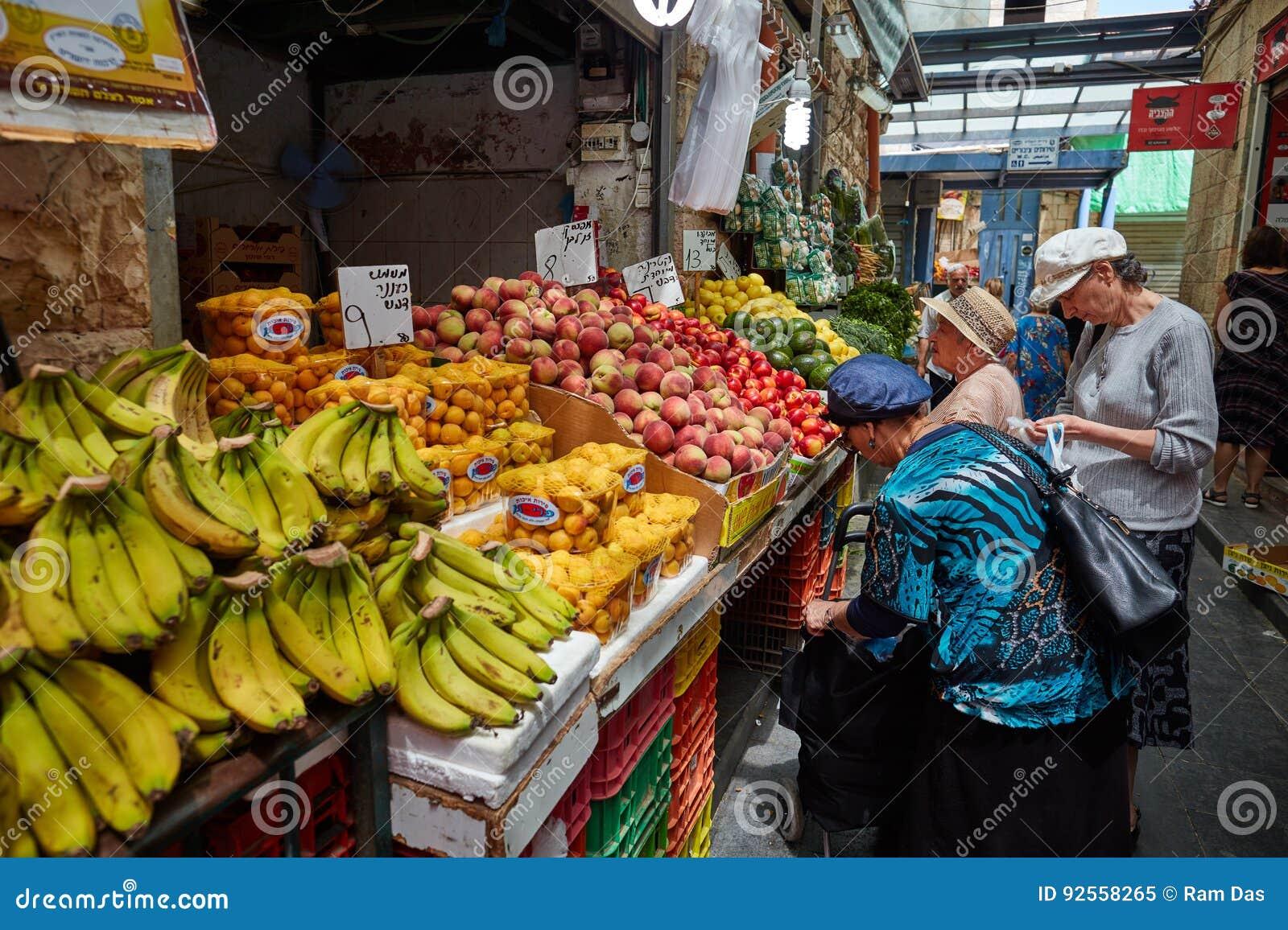 Derrate alimentari dell affare della gente al marke del locale di Gerusalemme Mahane Yehuda