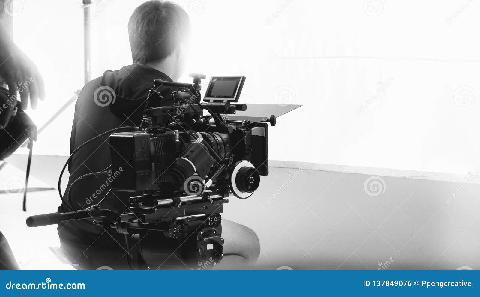 Derrière la caméra vidéo qu enregistrant le message publicitaire en ligne