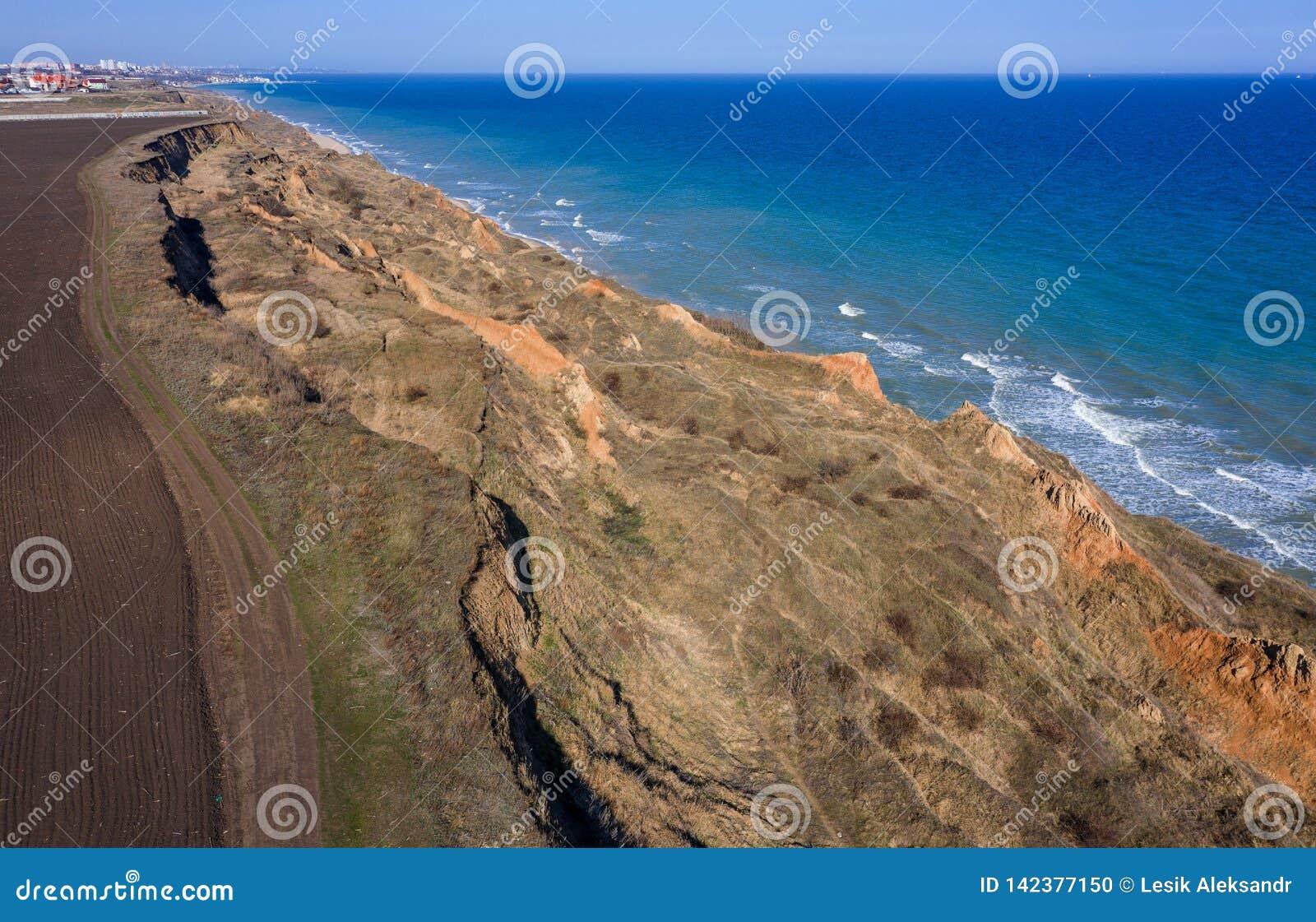 Derrumbamiento de la montaña en un área ambientalmente peligrosa Grieta grande en la tierra, pendiente de capas grandes de sucied