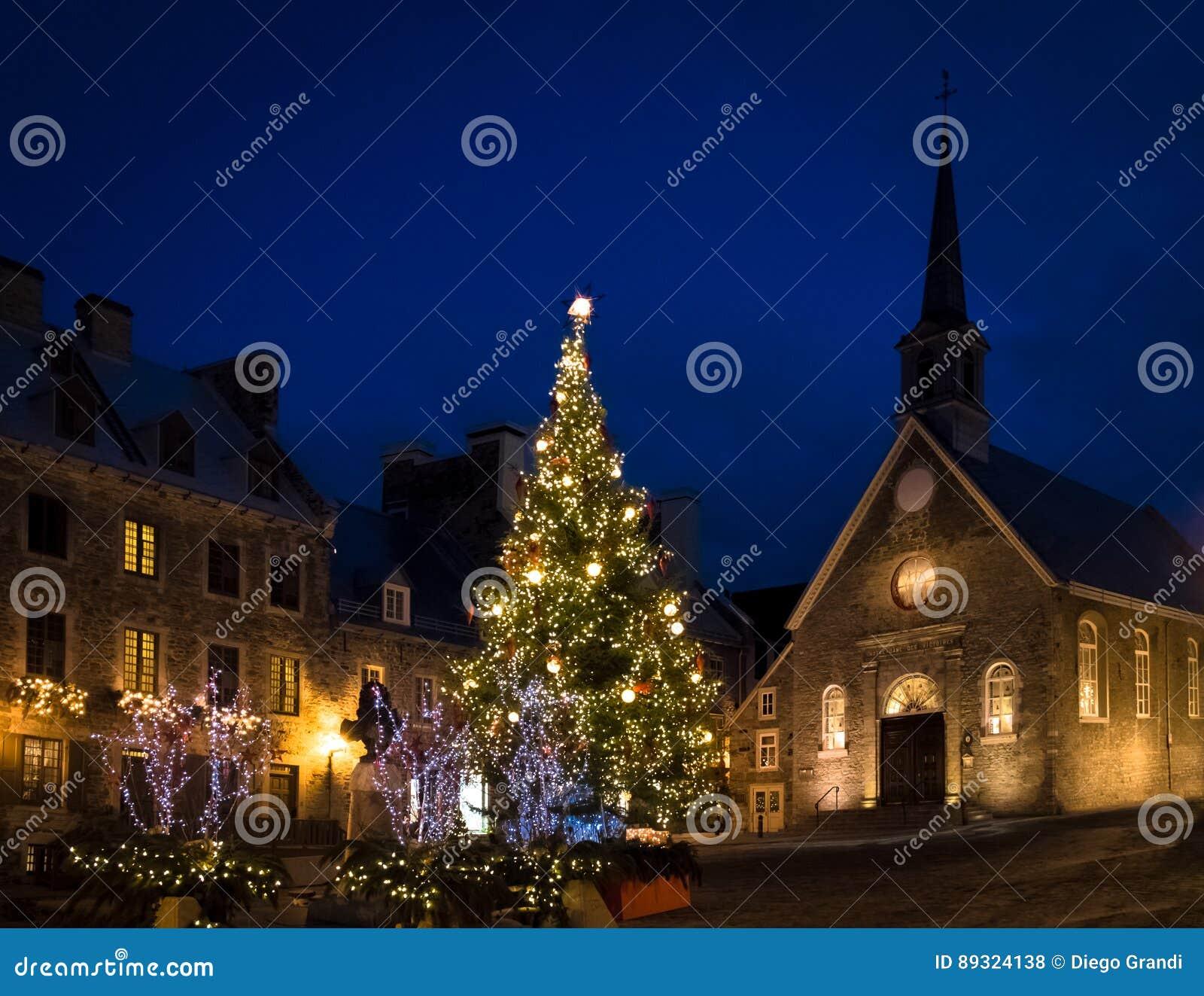 Des площади и Нотр-Дам Пляс Руаяль церковь украшенная для рождества на ноче - Квебек (город) побед королевского, Канада