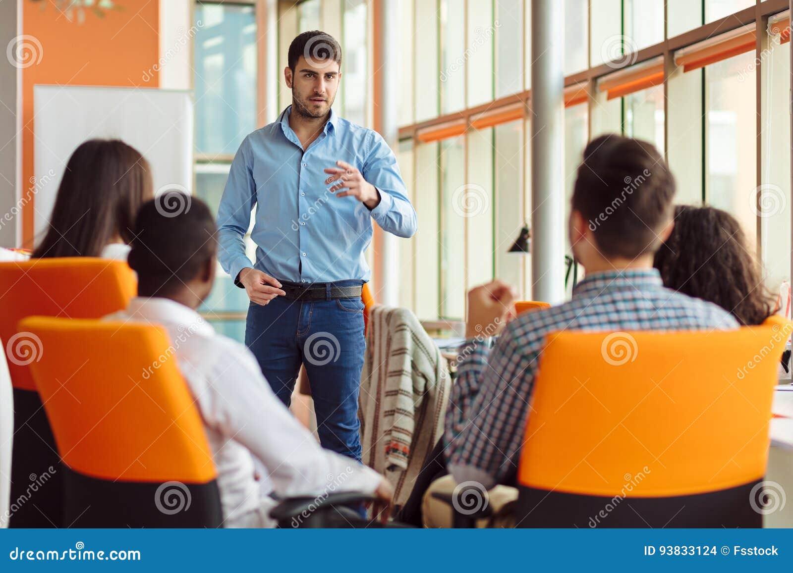 Des affaires, démarrage, présentation, stratégie et concept de personnes - équipez faire la présentation à l équipe créative au b