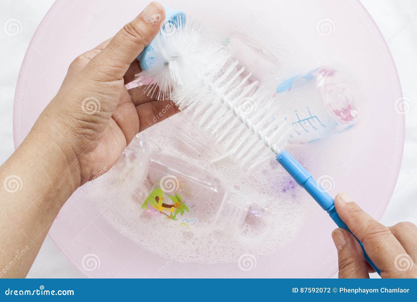 Des biberons il était clair qu un désinfectant dans la solution de nettoyage de l eau avec la brosse de bouteille