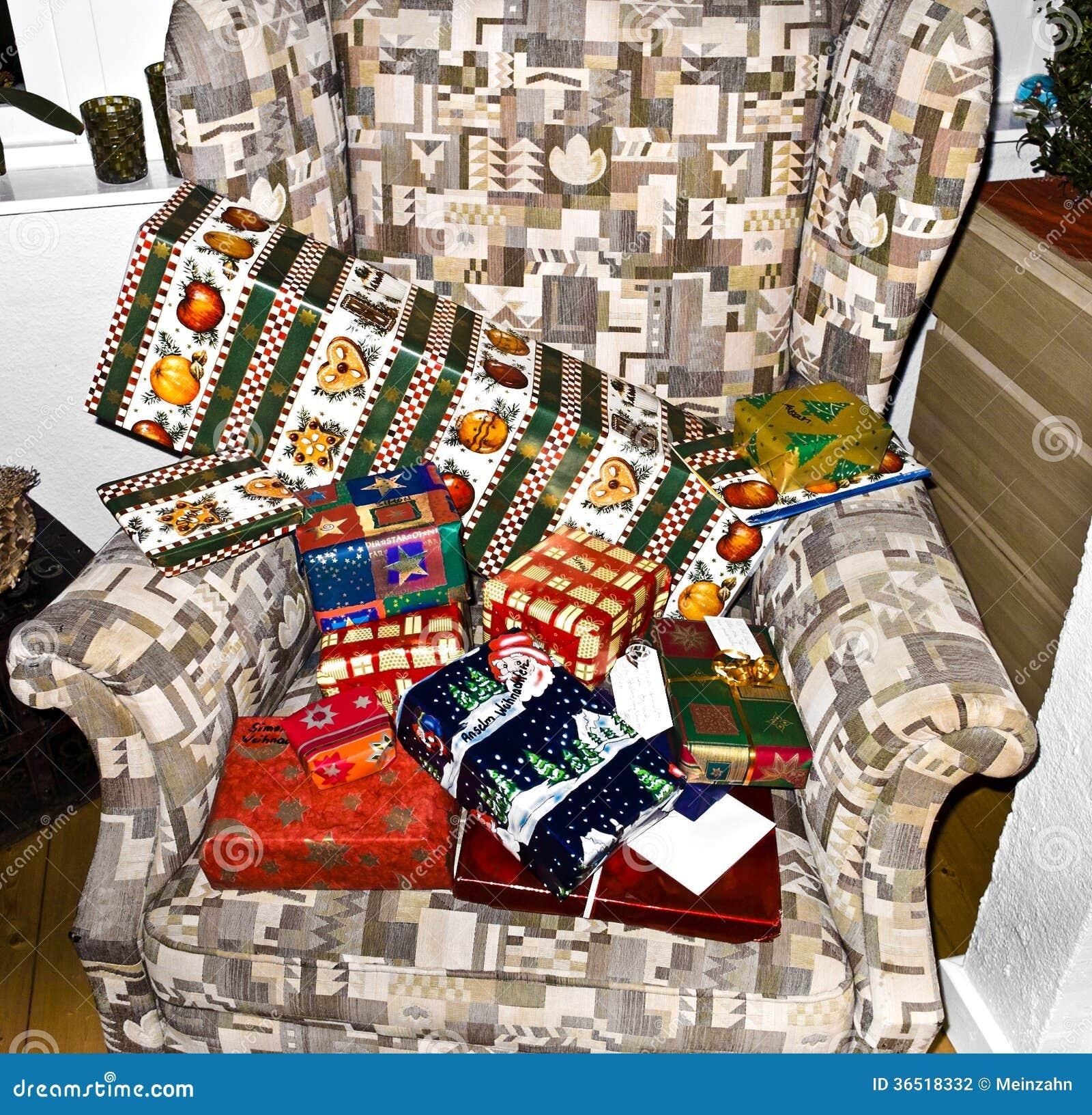 Des cadeaux de Noël sont décorés sur une chaise