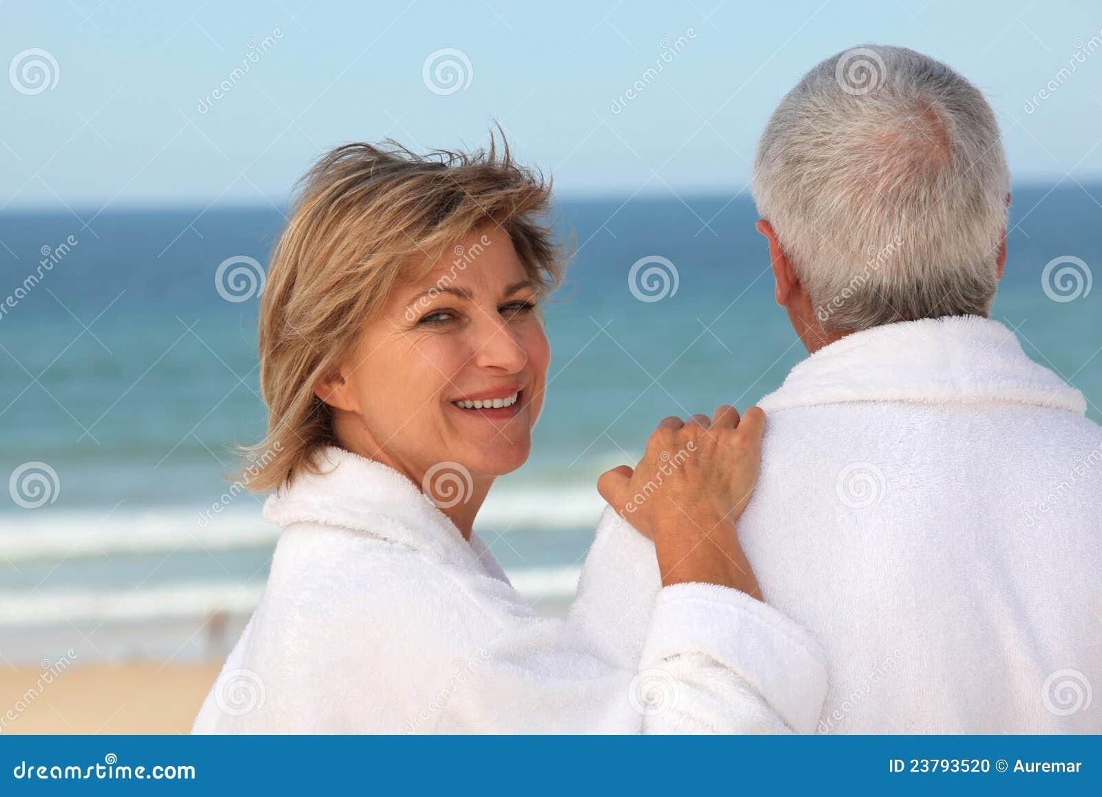 Des couples plus anciens à l extérieur dans des peignoirs
