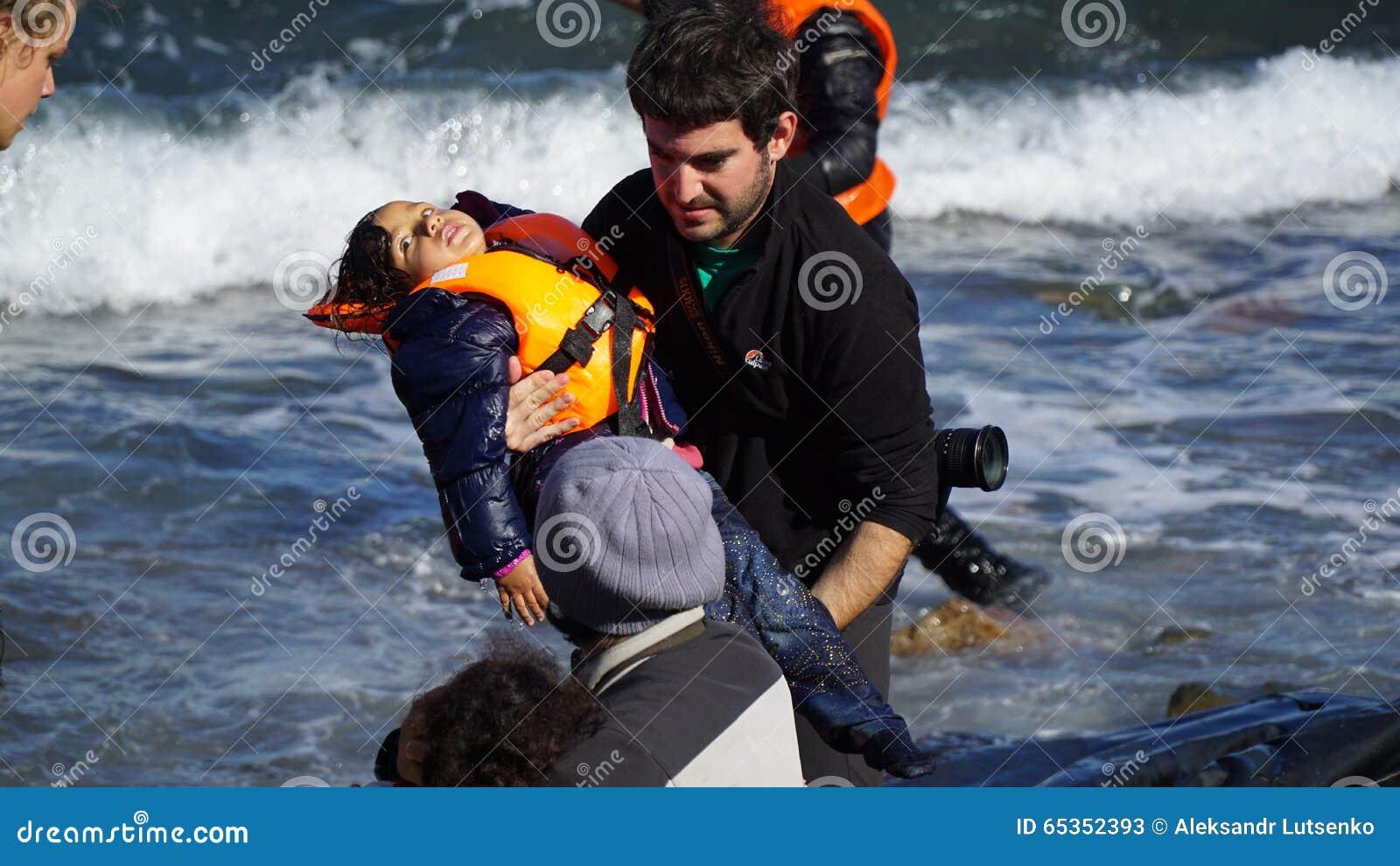Des enfants sont retirés du bateau