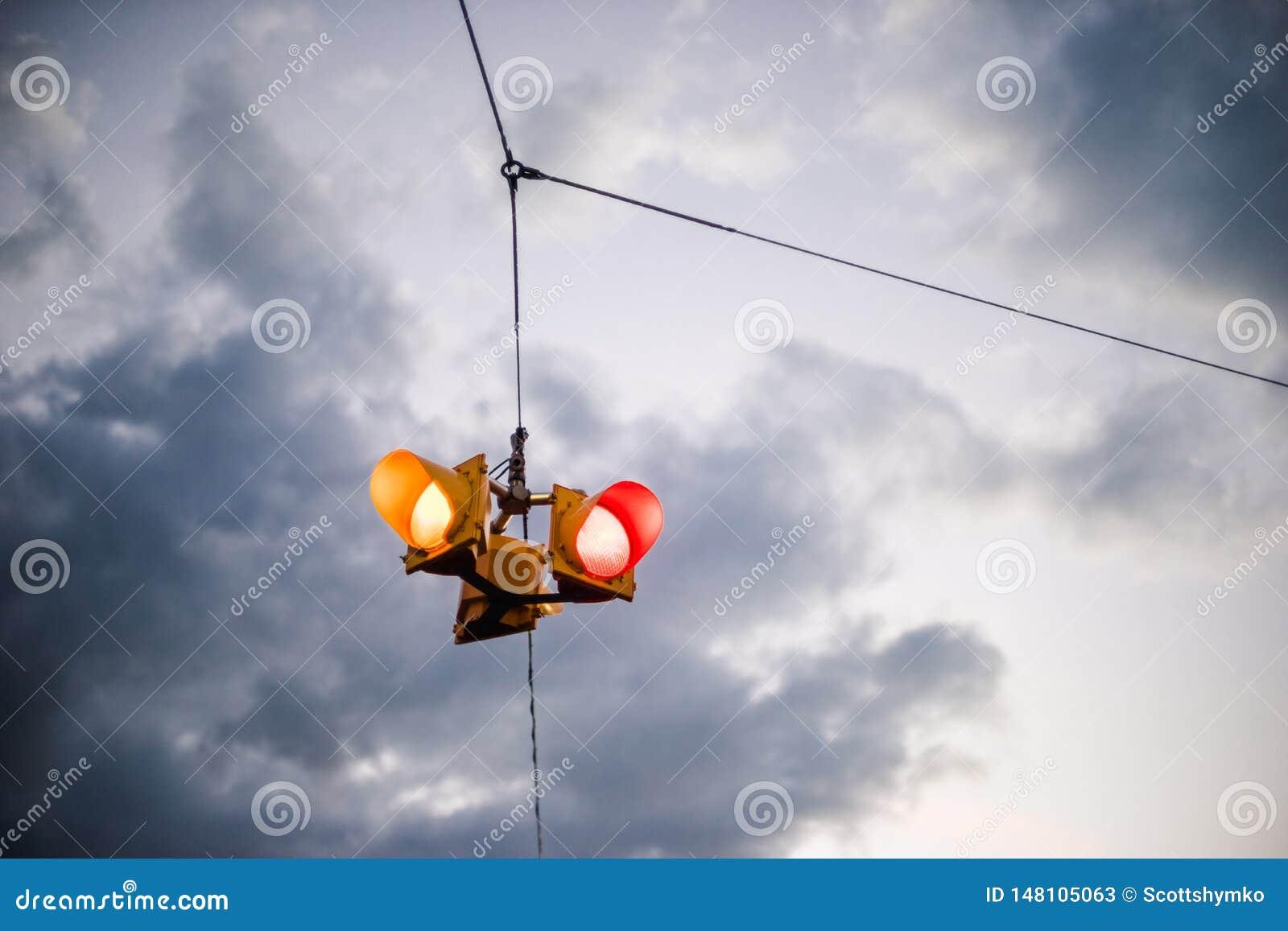 Des feux de signalisation suspendus contre un ciel déprimé