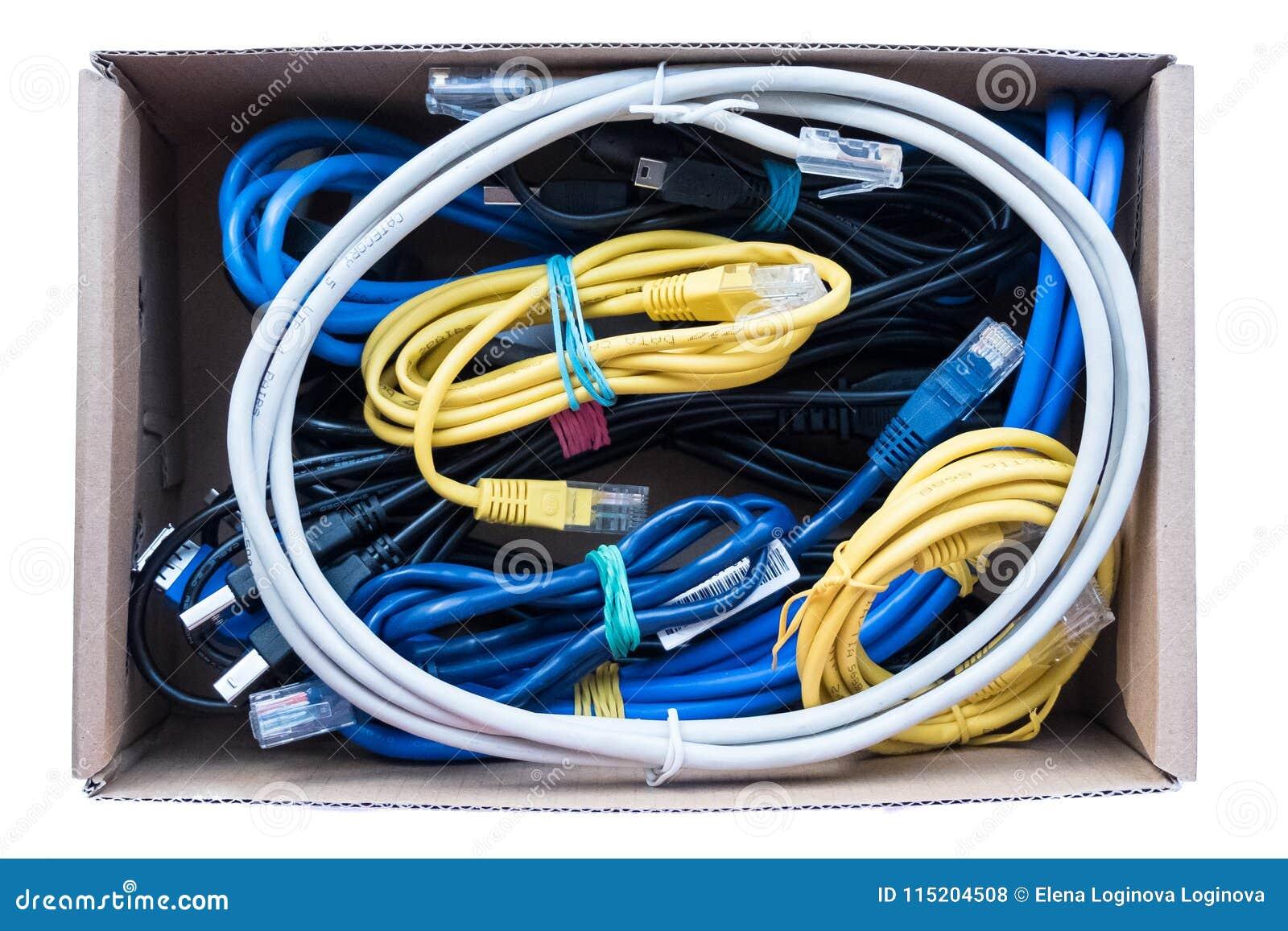 Des fils, les cordes et les câbles sont fixés dans une boîte