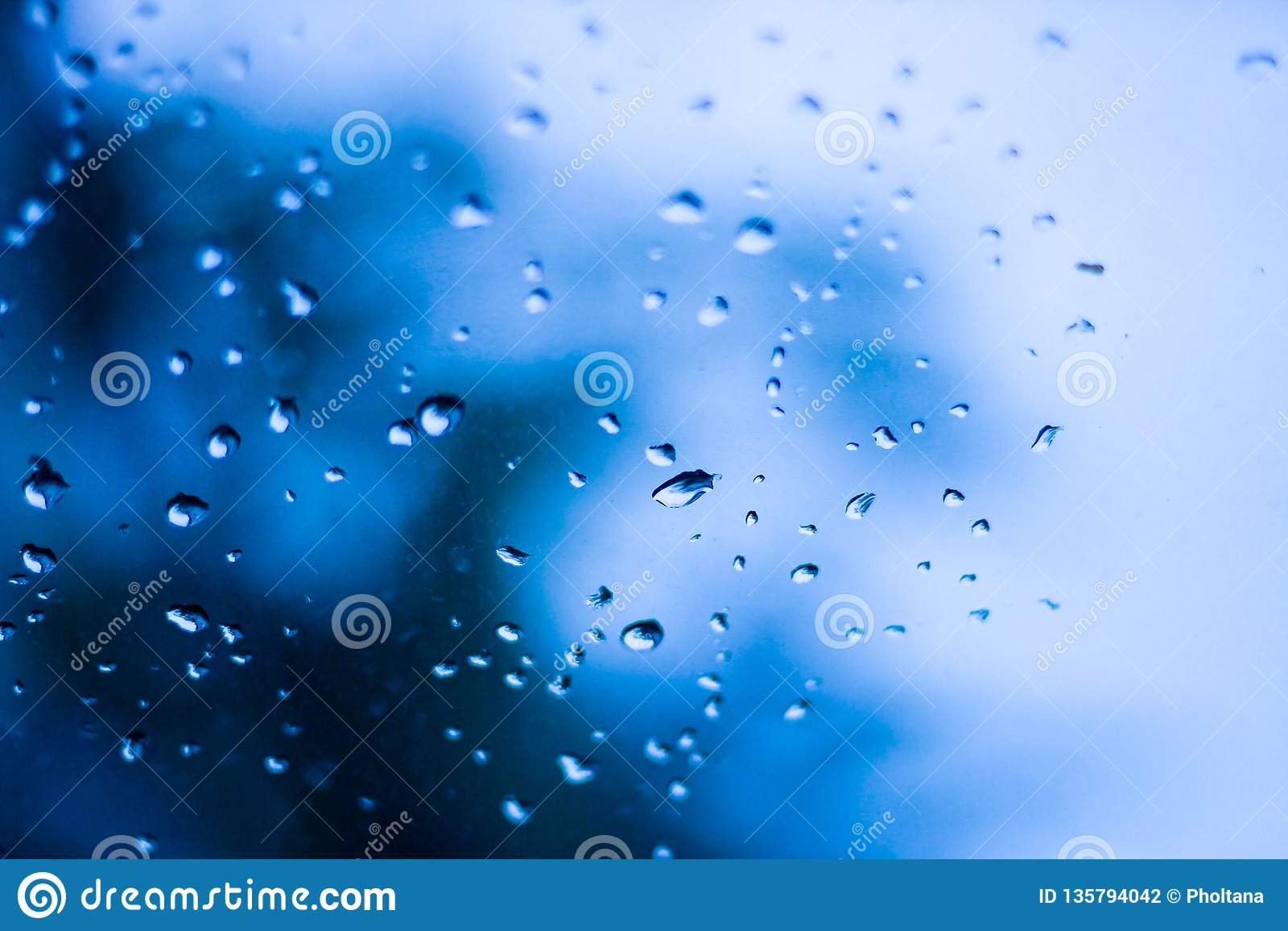 Des gouttelettes d eau sont provoquées par des gouttelettes de pluie en verre clair