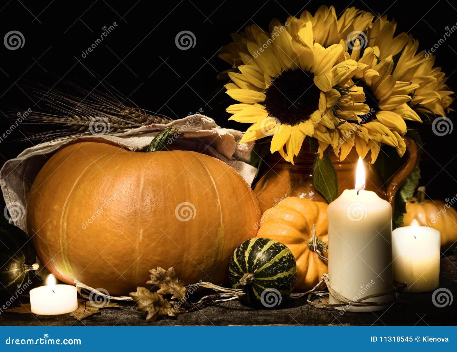 Des Herbstes Leben noch mit Kürbisen und Blumen