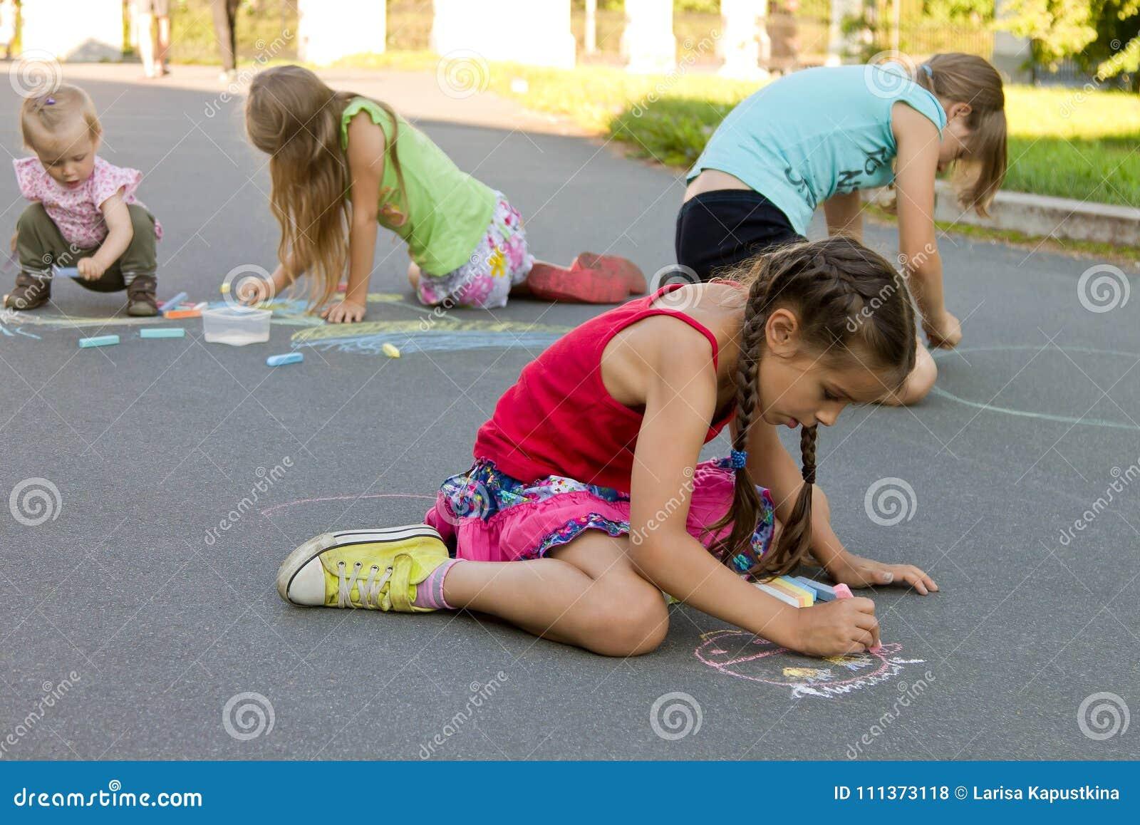 Des Kinder-Kreiden absorbedly abgehobenen Betrages auf der Pflasterung