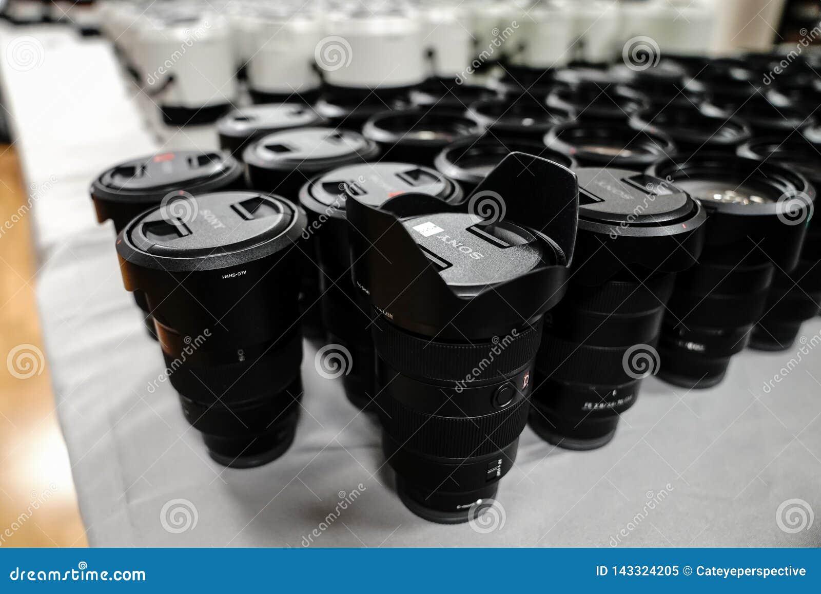 Des lentilles larges de Sony pour l alpha 9 séries sont empilées pendant une conférence pour des photographes