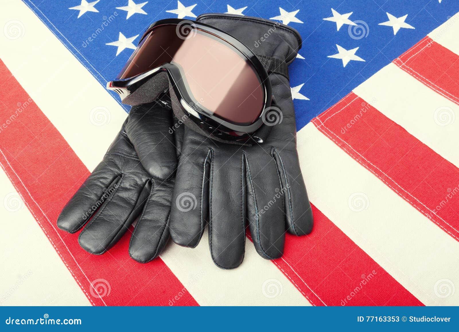 Des lunettes et des gants de ski au-dessus de drapeau des Etats-Unis - fermez-vous vers le haut du tir de studio