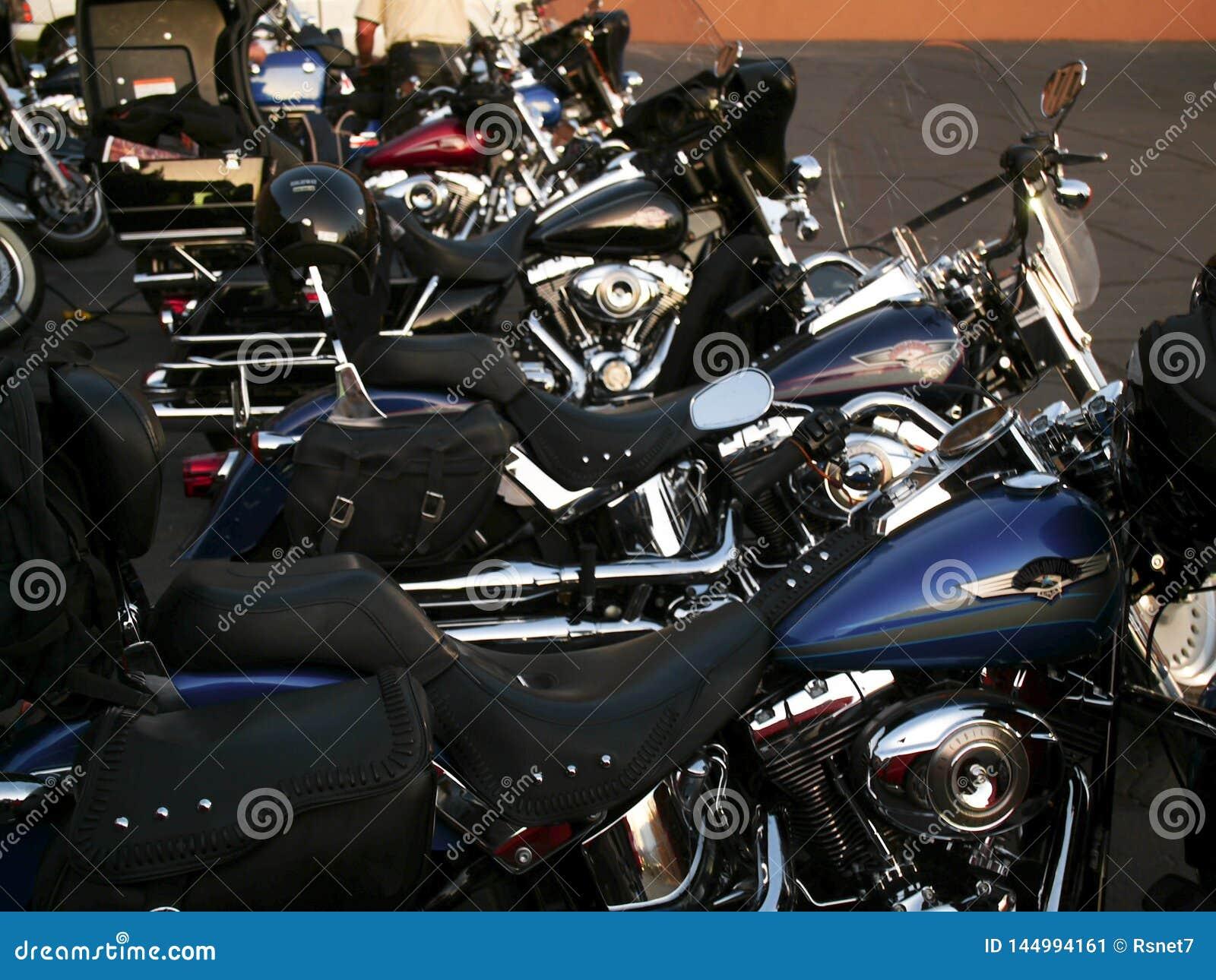 Des motos lourdes sont alignées