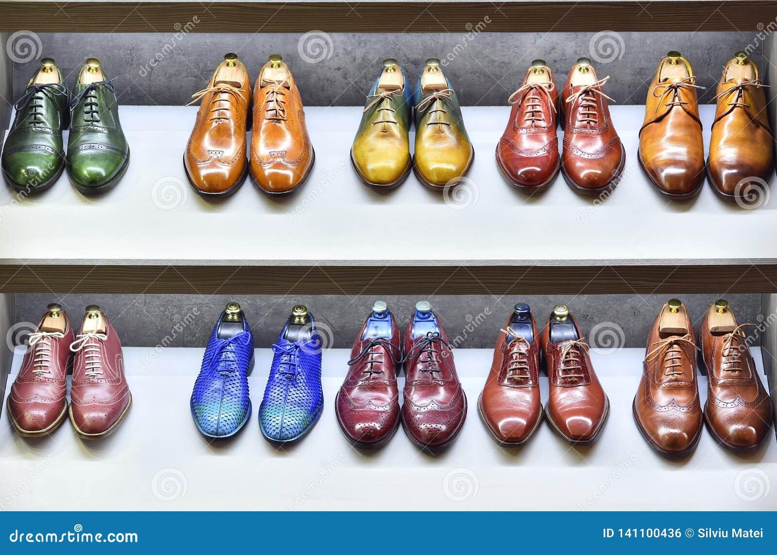 Des paires de Colorfull de chaussures sont exposées en vente