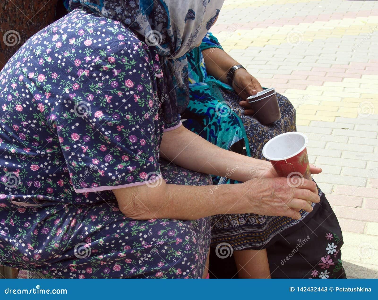 Des personnes plus âgées rassemblent l aumône