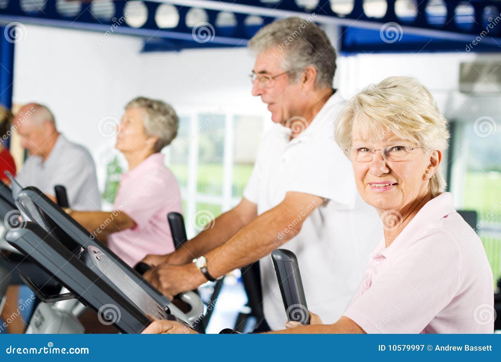 Des personnes plus âgées s exerçant en gymnastique