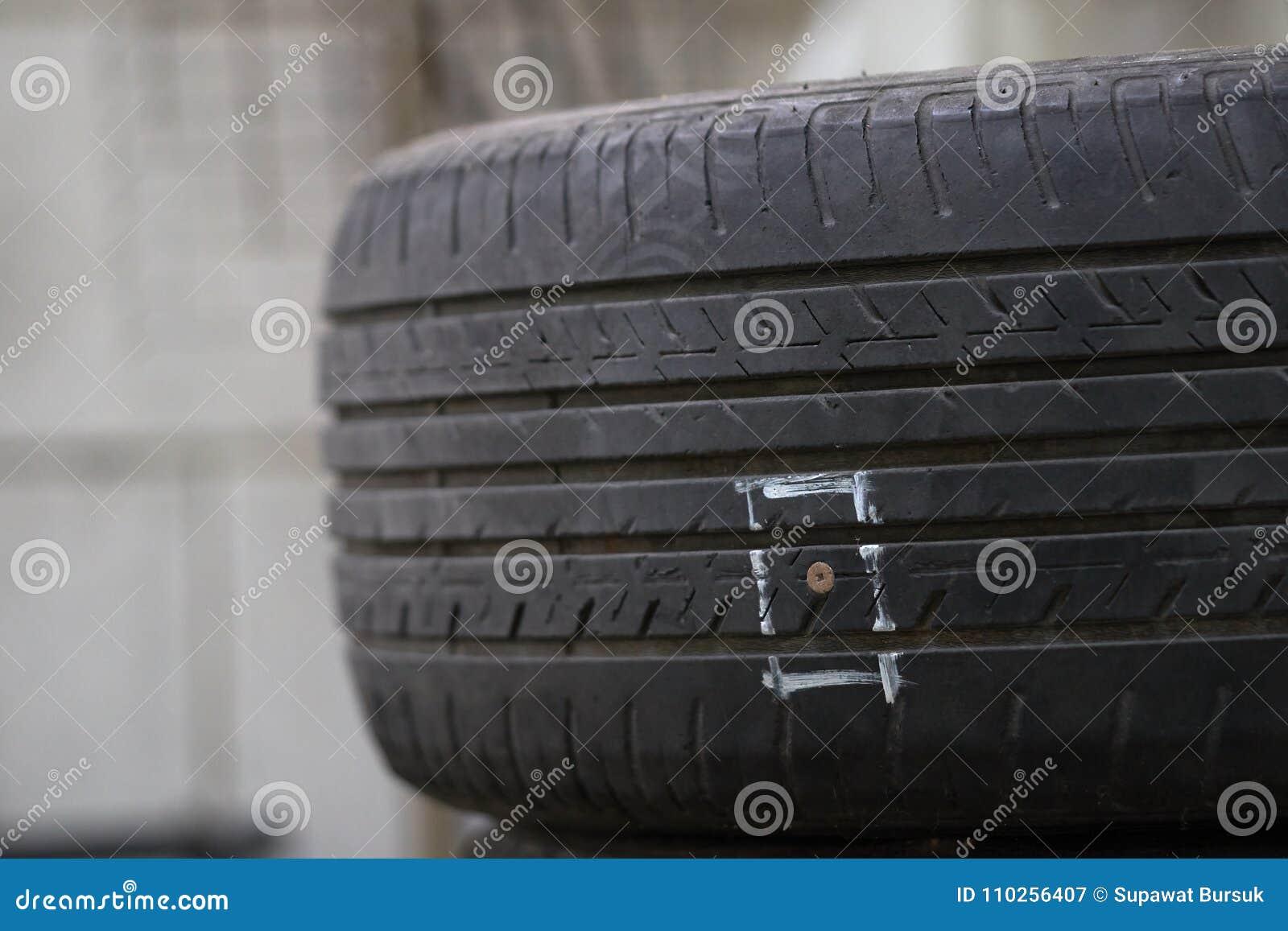 Des pneus sur le plancher sont endommagés en frappant des clous ou des objets pointus, ayant pour résultat la fuite du caoutchouc