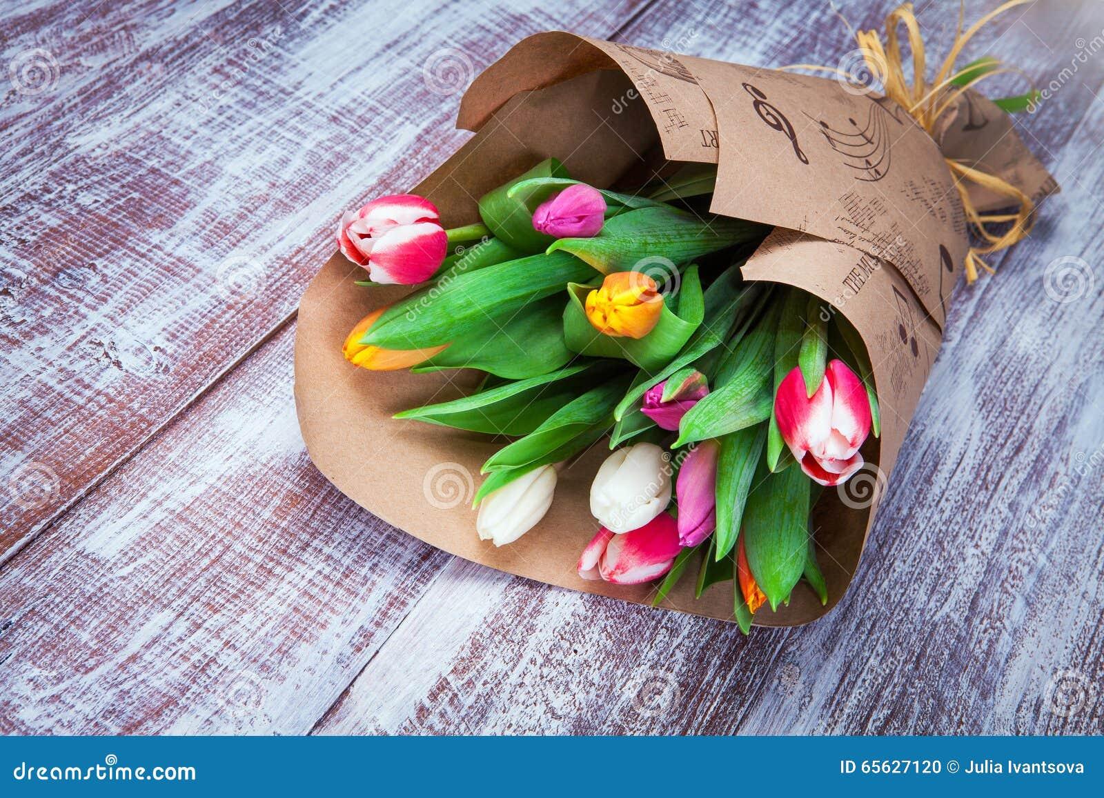 Des tulipes est enveloppées dans un papier