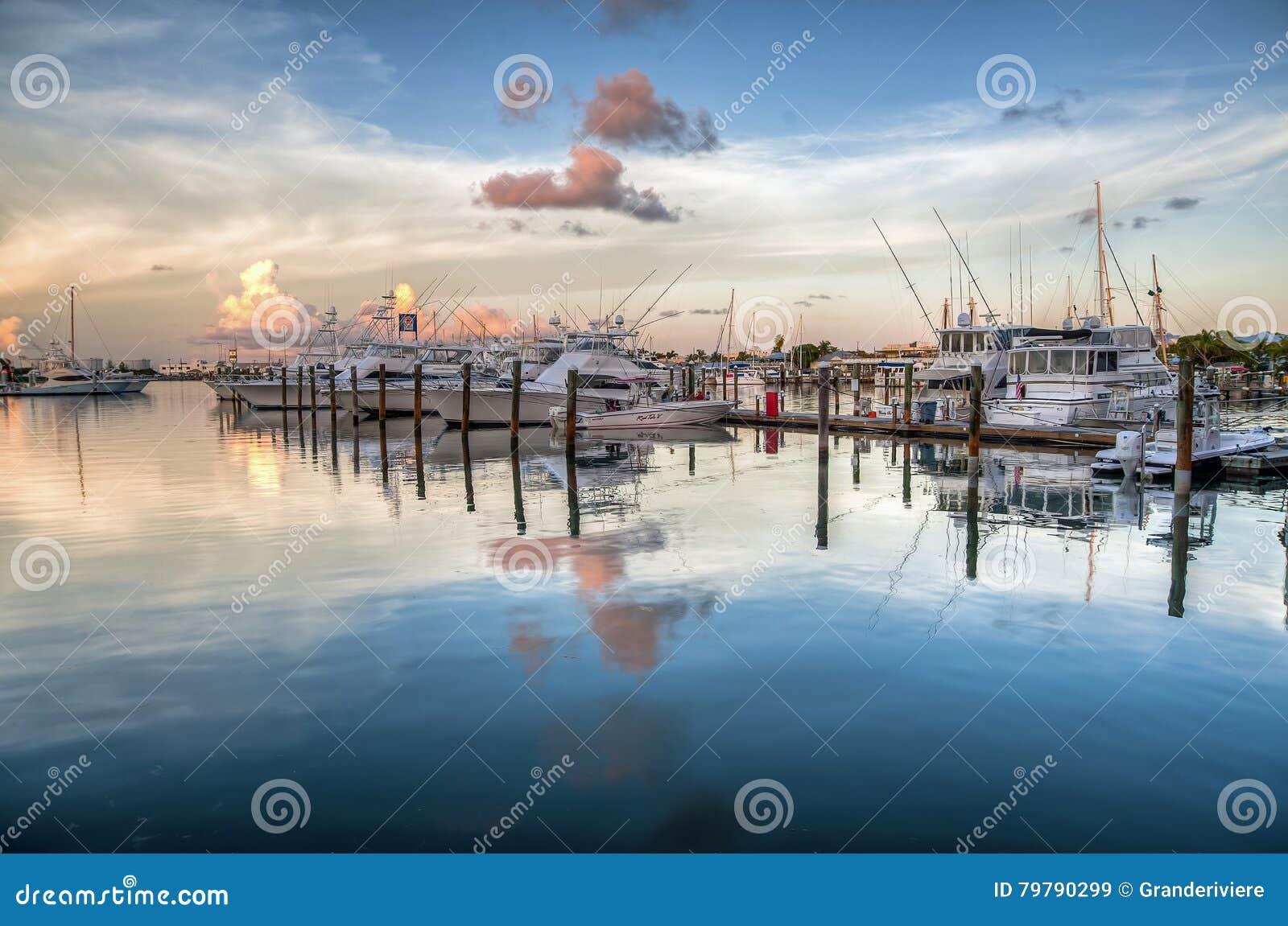 Des yachts sont ancrés sur les eaux immobiles au port à Key West finalement