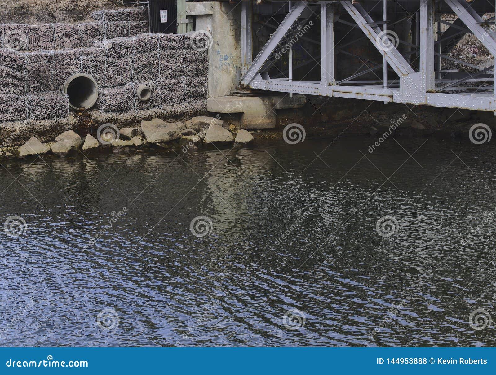 Desagüe el tubo al lado del puente 3081