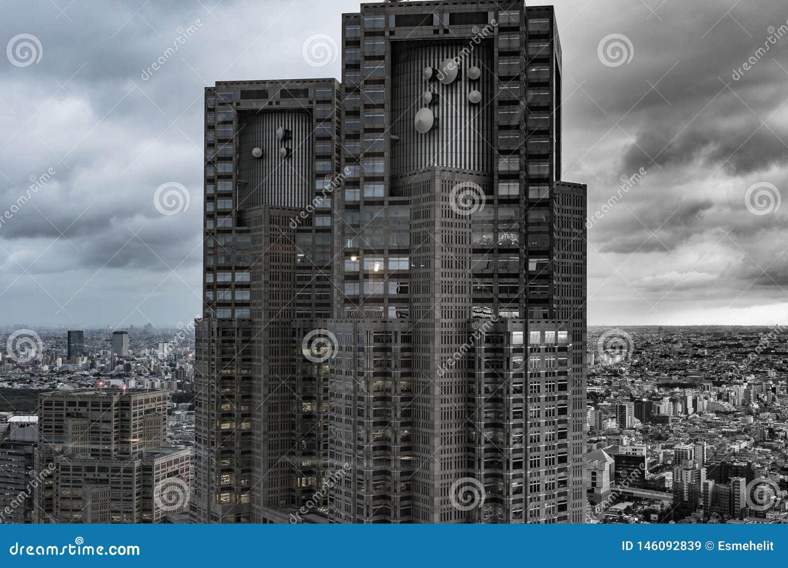 Desaturated Bild von Stadtbild, Zersiedelung mit hochragendem Wolkenkratzer auf Vordergrund