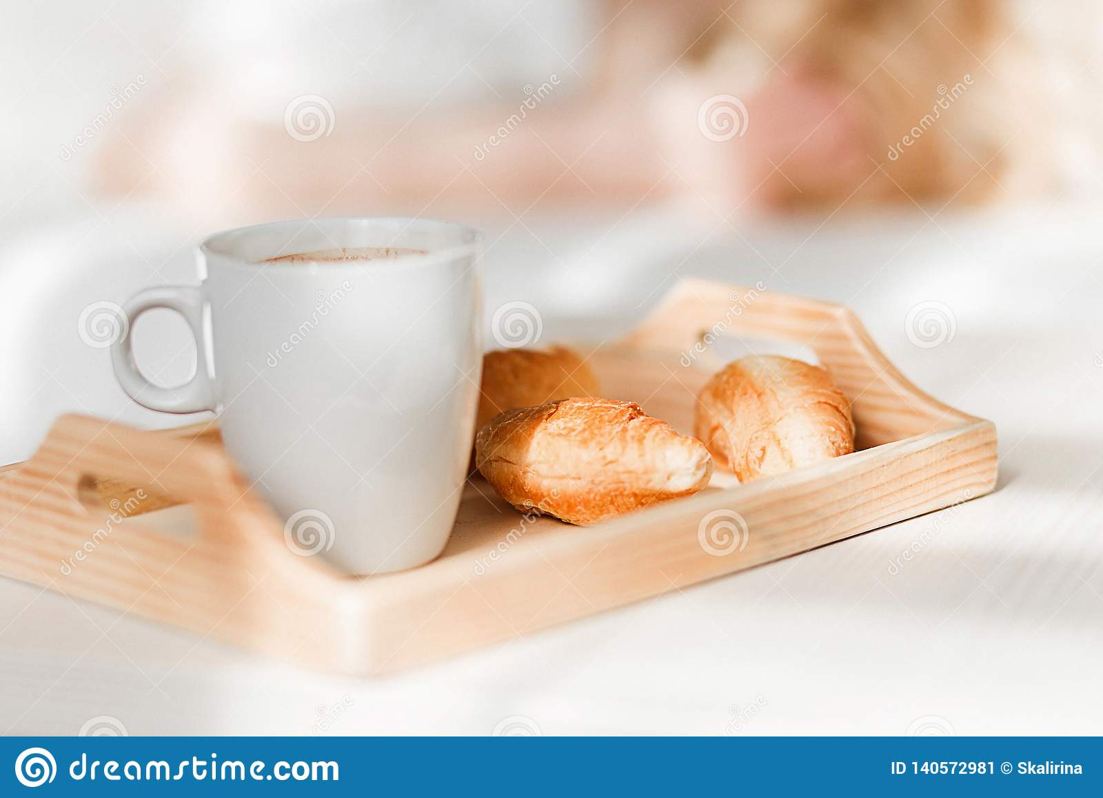 Desayune con la taza de café sólo y de cruasanes