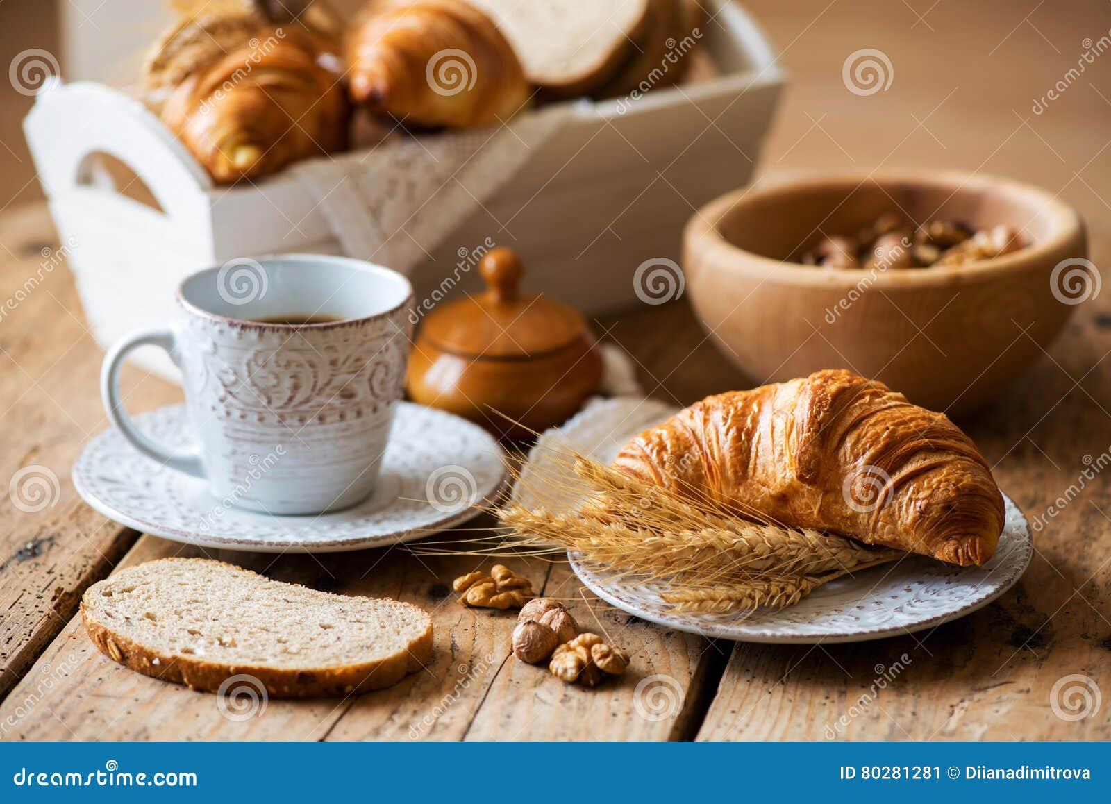 Desayune con los cruasanes recientemente cocidos - estilo del vintage