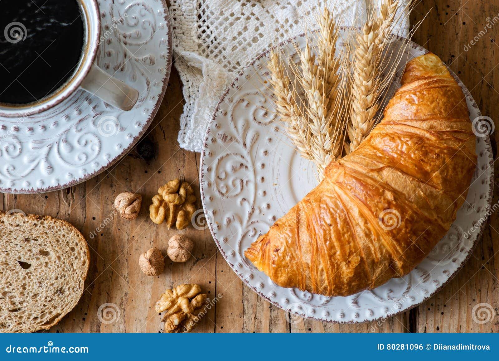 Desayune con los cruasanes recientemente cocidos - visión superior