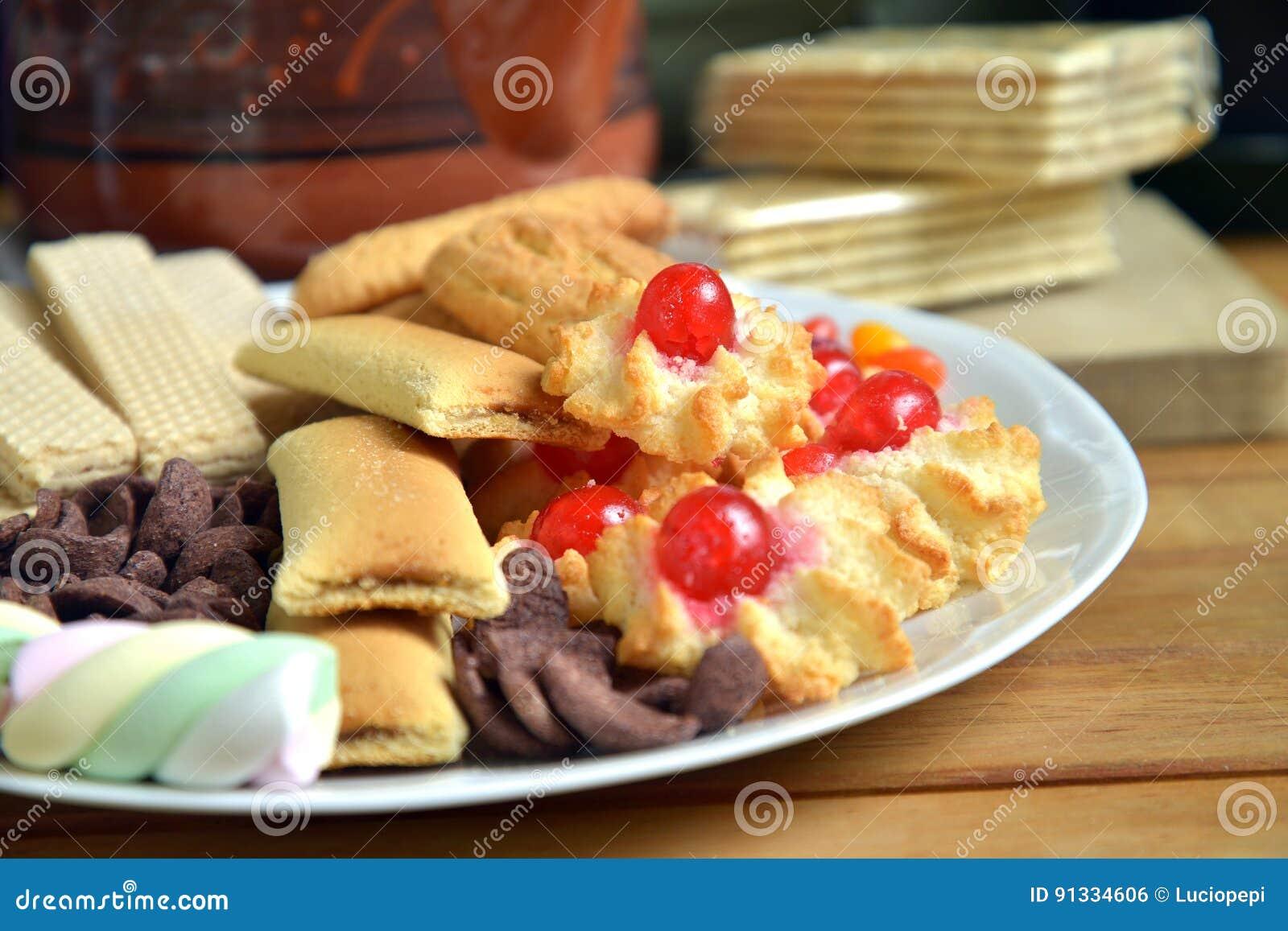 Desayune en casa con té y galletas