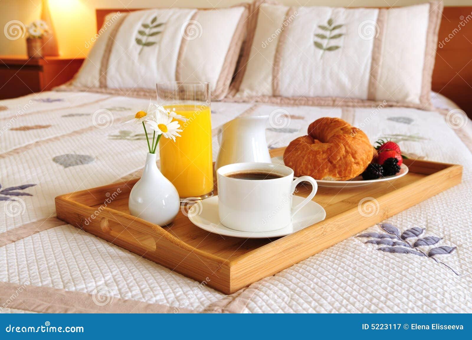 Desayune en una cama en una habitación