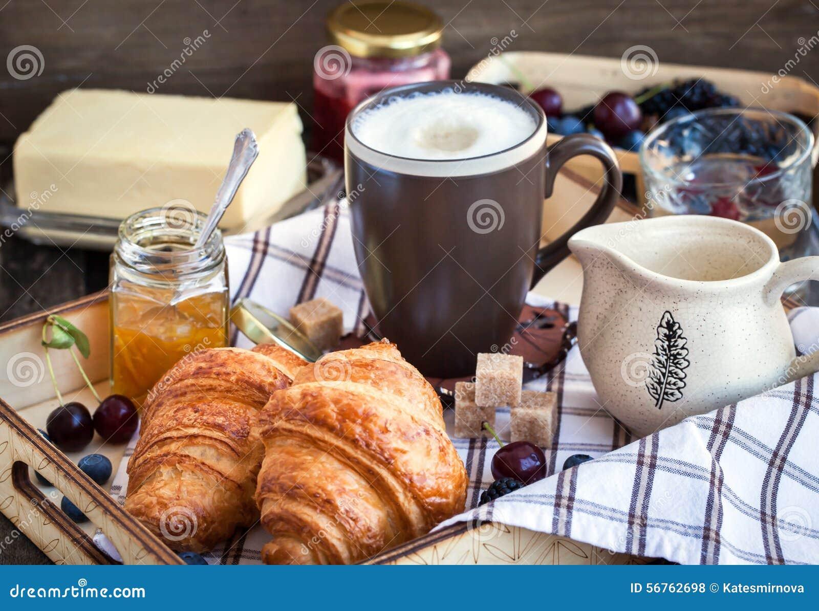 Desayuno con los cruasanes, el capuchino y el atasco