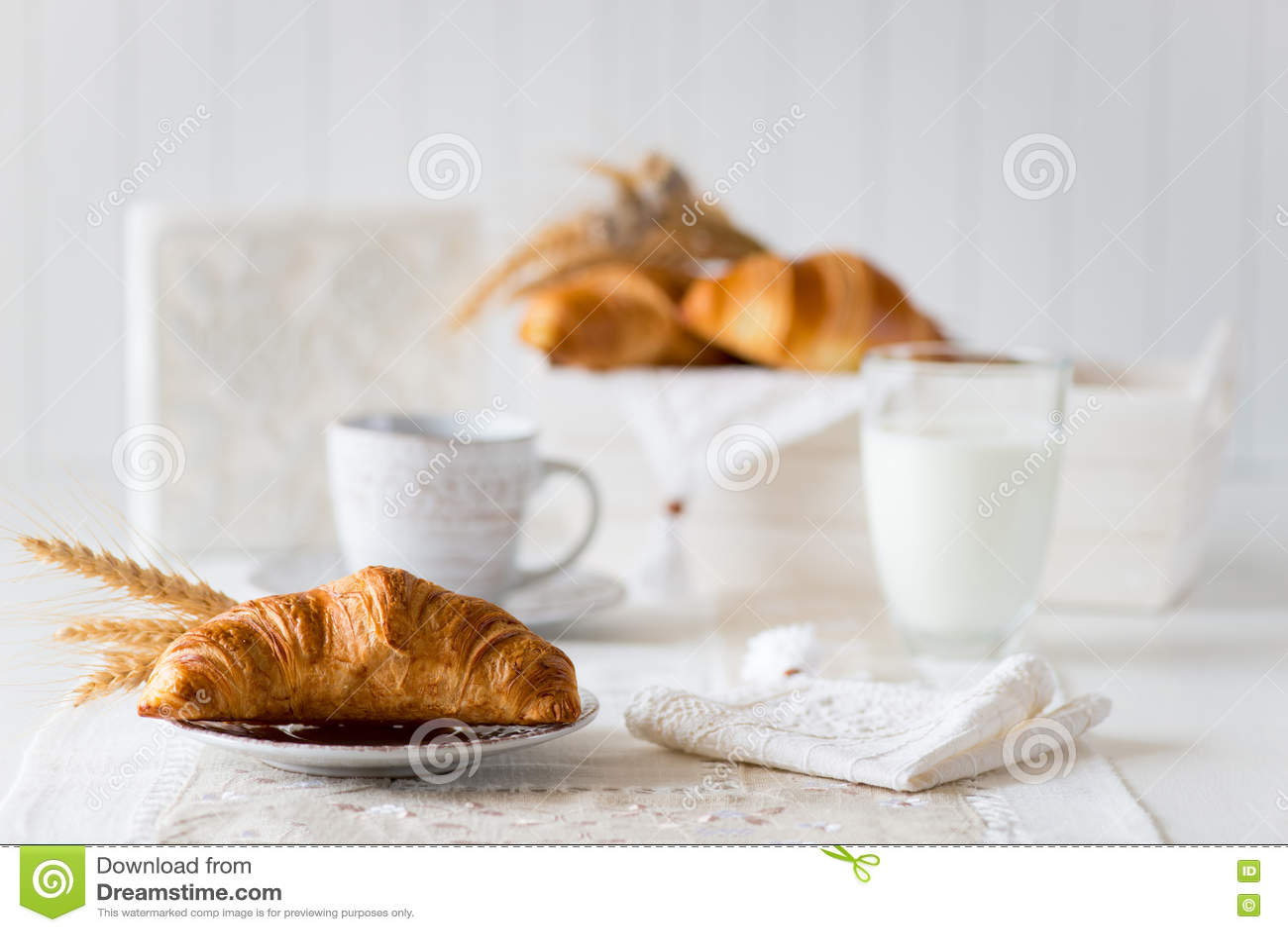 Desayuno con los cruasanes recientemente cocidos
