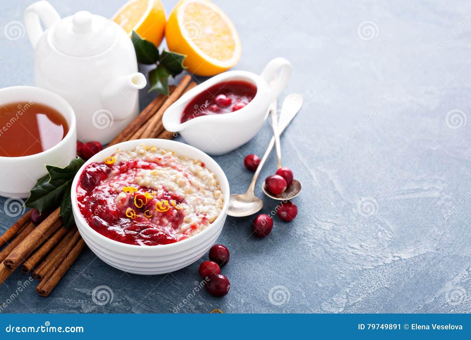 Desayuno de la caída con la salsa de la harina de avena y de arándano