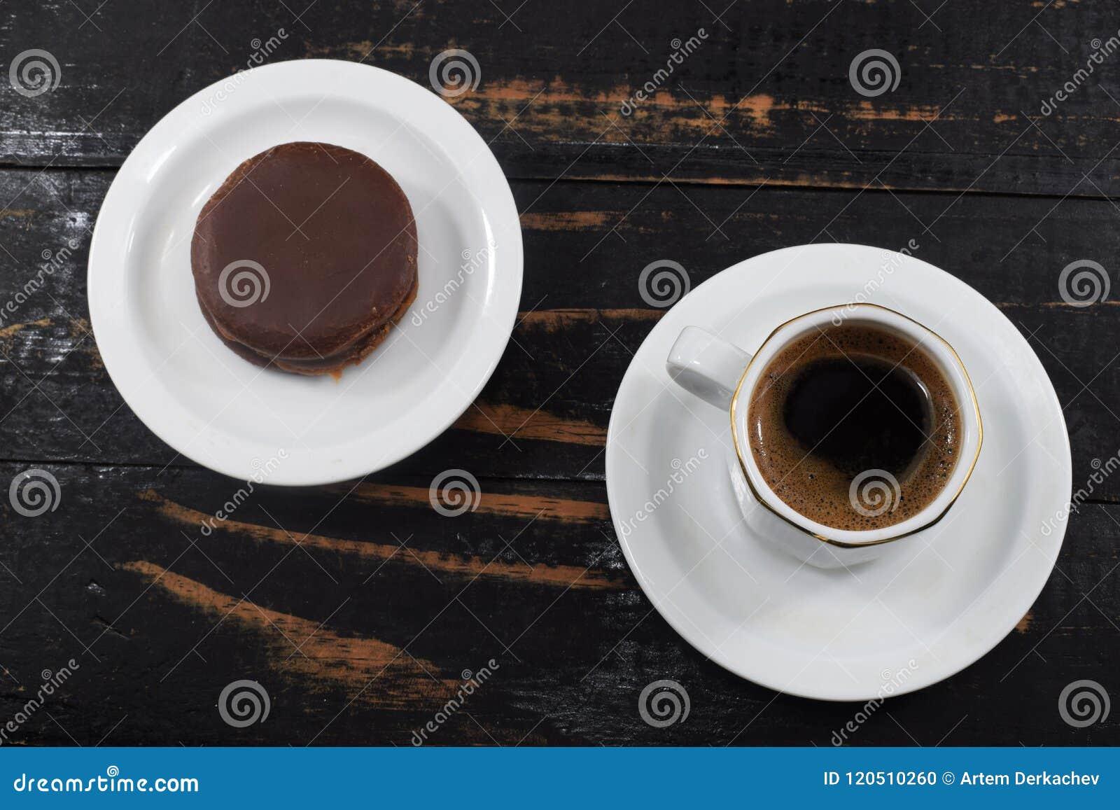 Desayuno de la mañana, café y galletas de microprocesador de chocolate