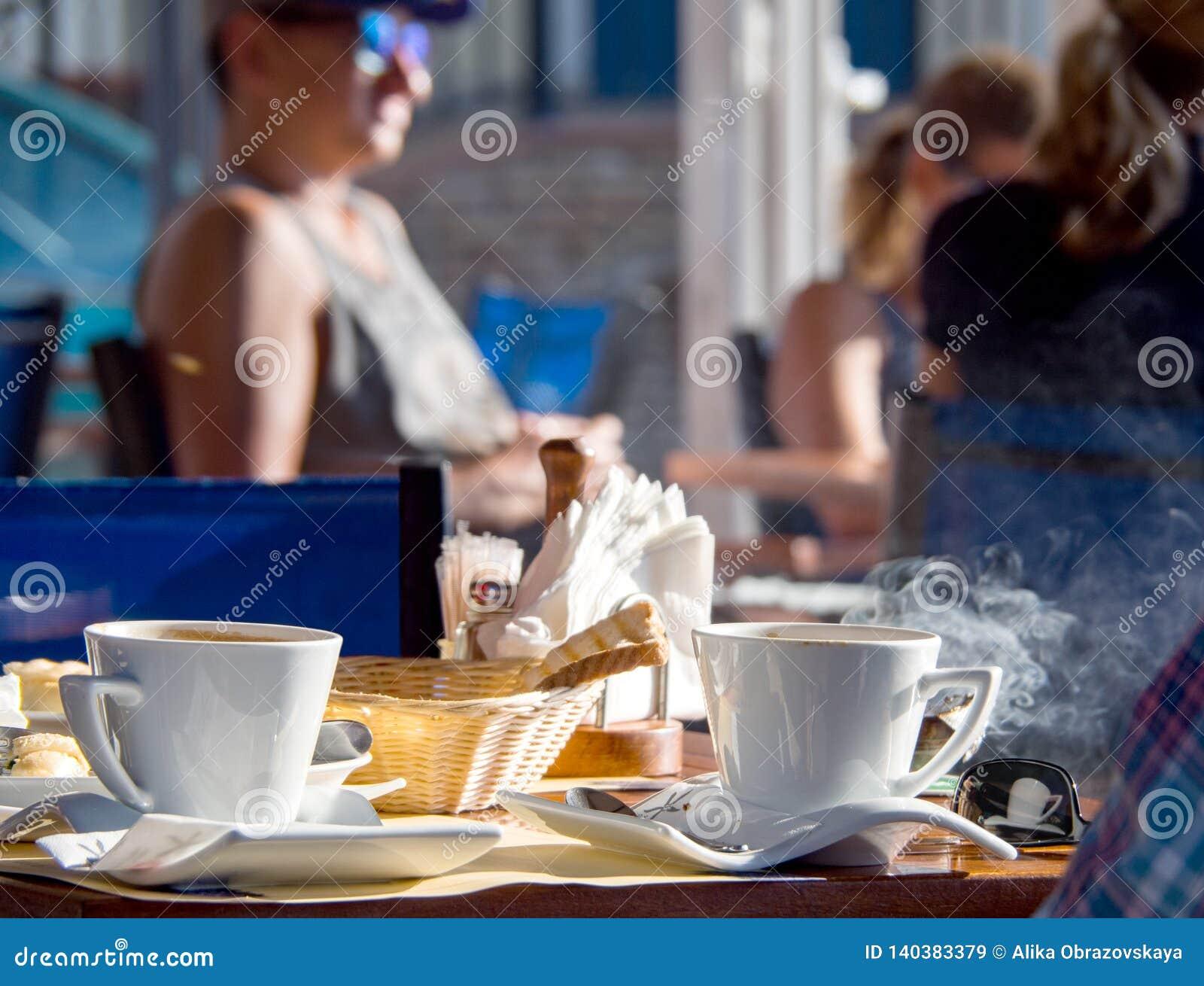 Desayuno de la mañana con el café griego en un café en la isla de Kefalonia, Grecia