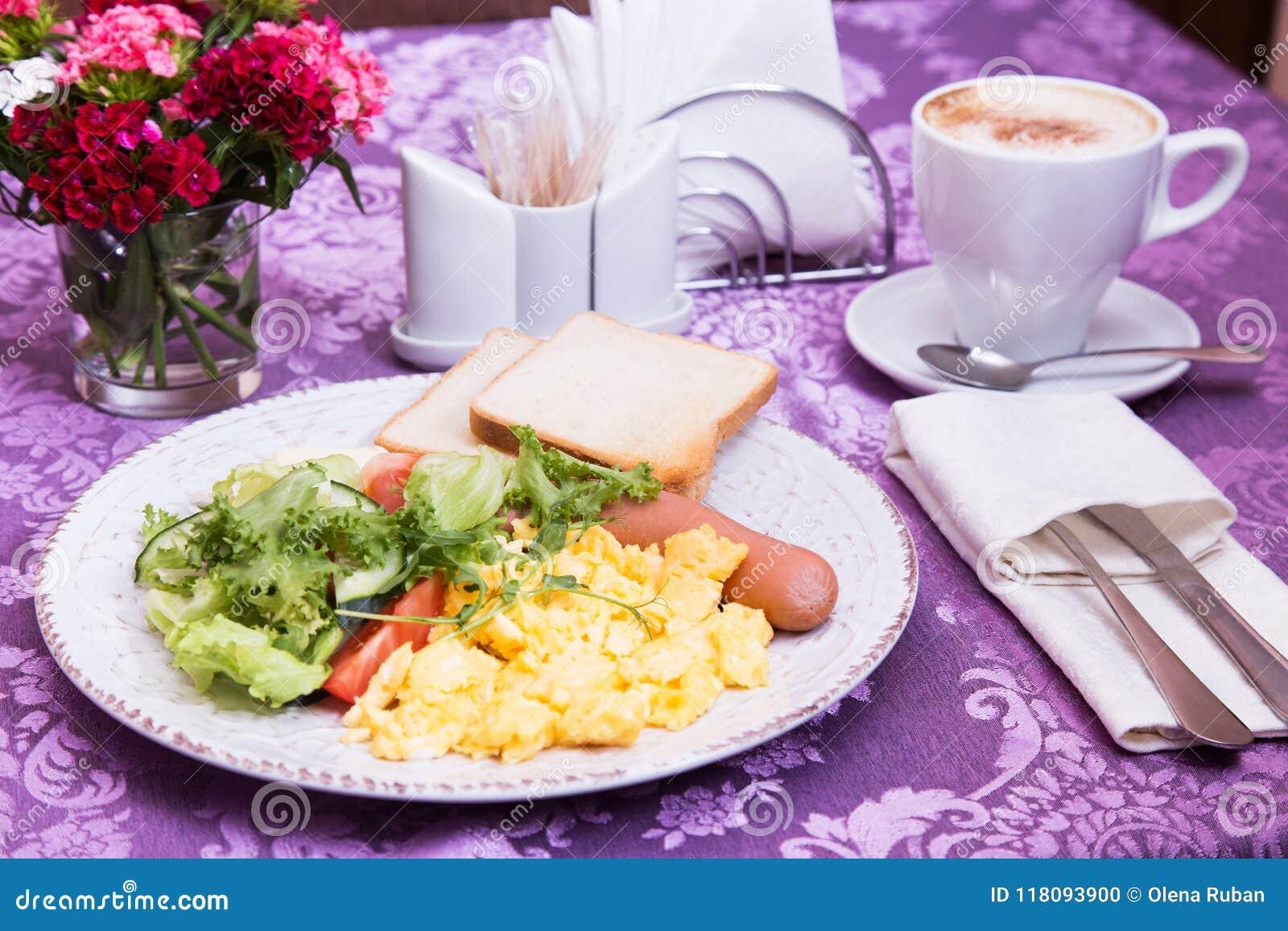 Desayuno de la tortilla en la tabla adornada