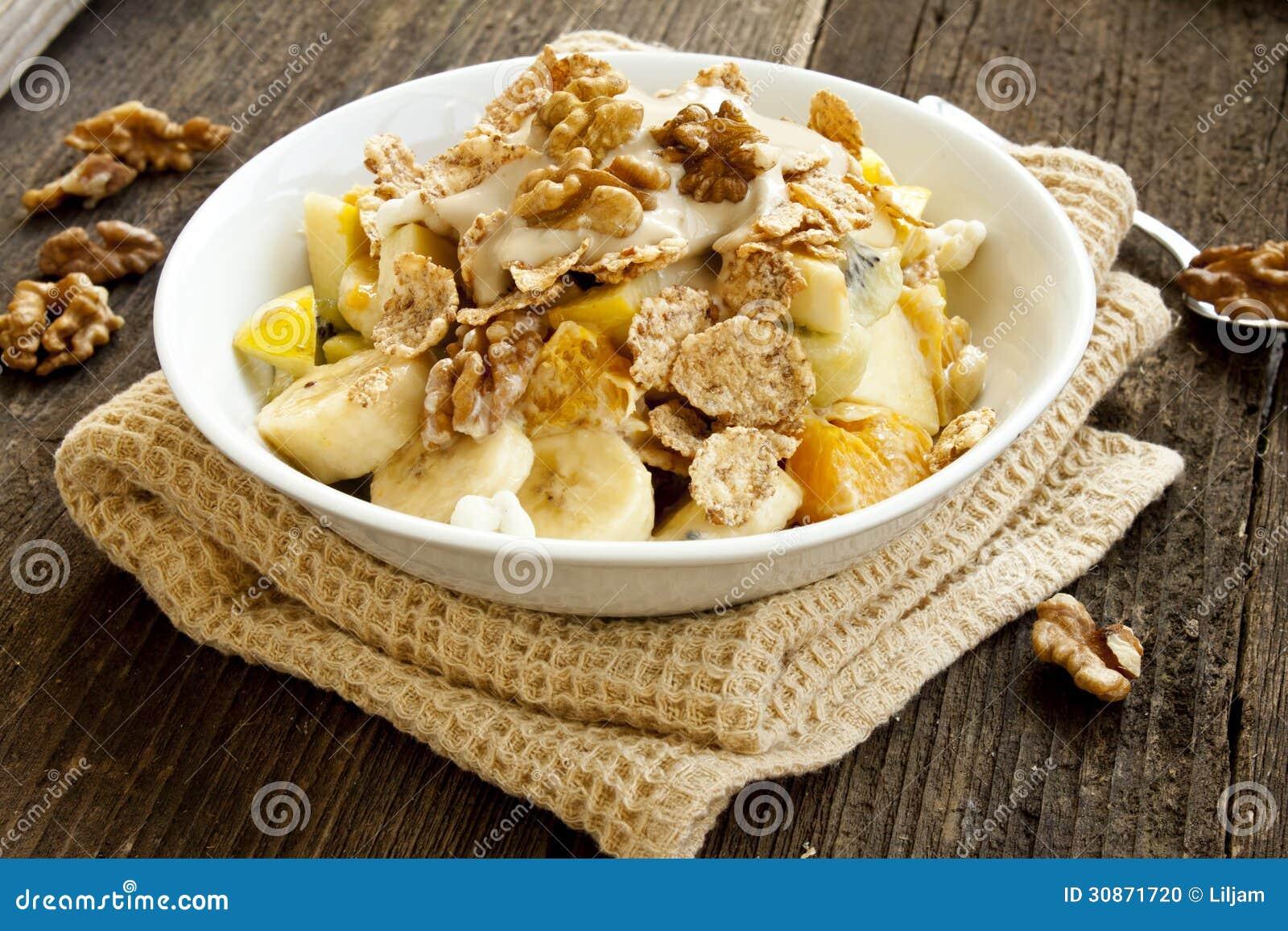 Desayuno De Muesli Con Las Frutas El Yogur Y Las Nueces
