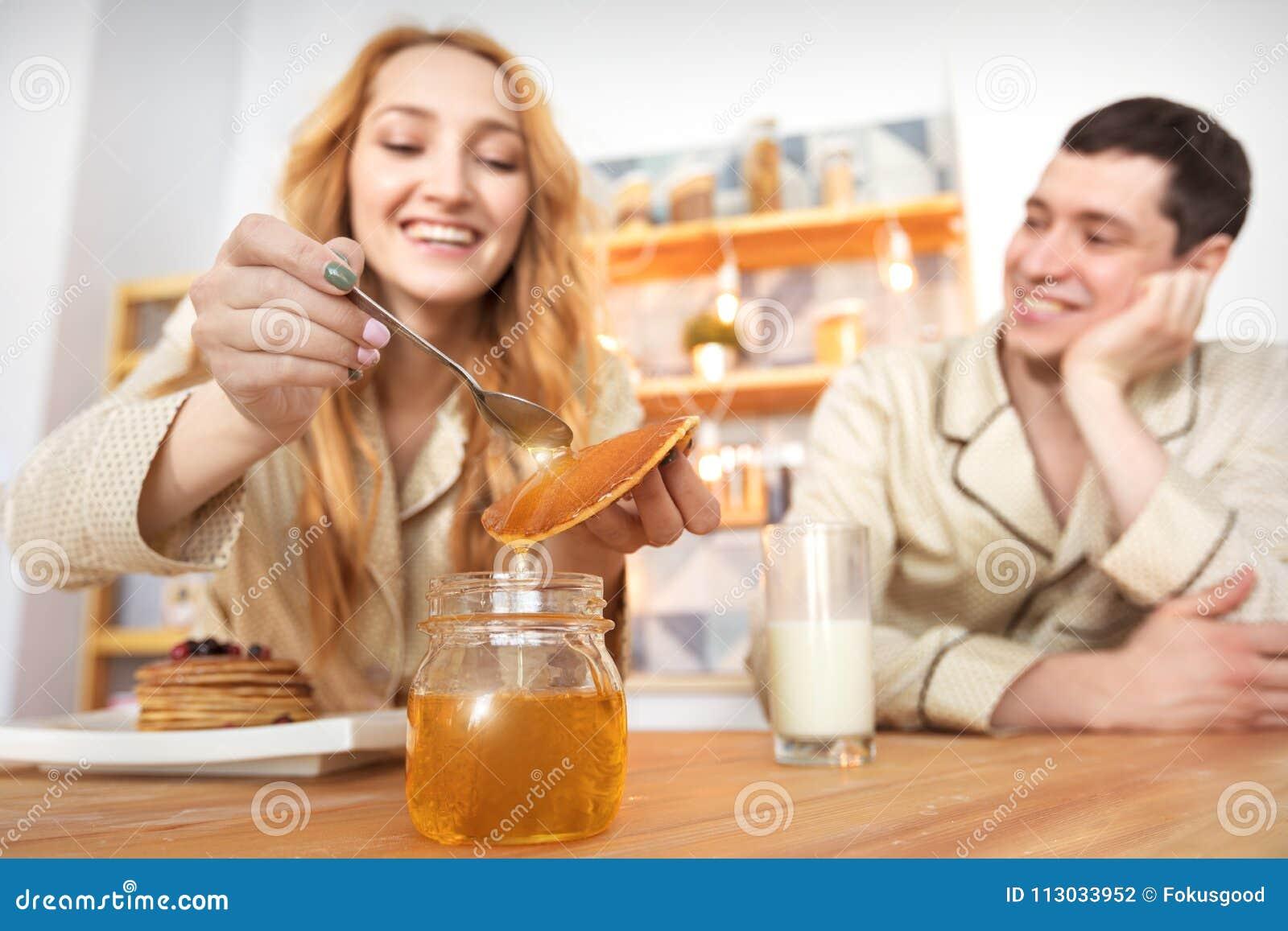 Desayuno de un par joven