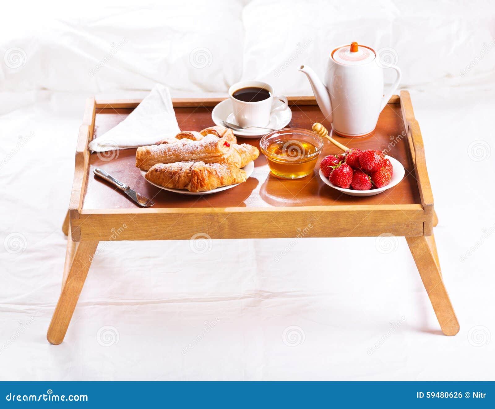 Desayuno en cama bandeja con caf cruasanes y fresas foto - Bandeja desayuno cama ...
