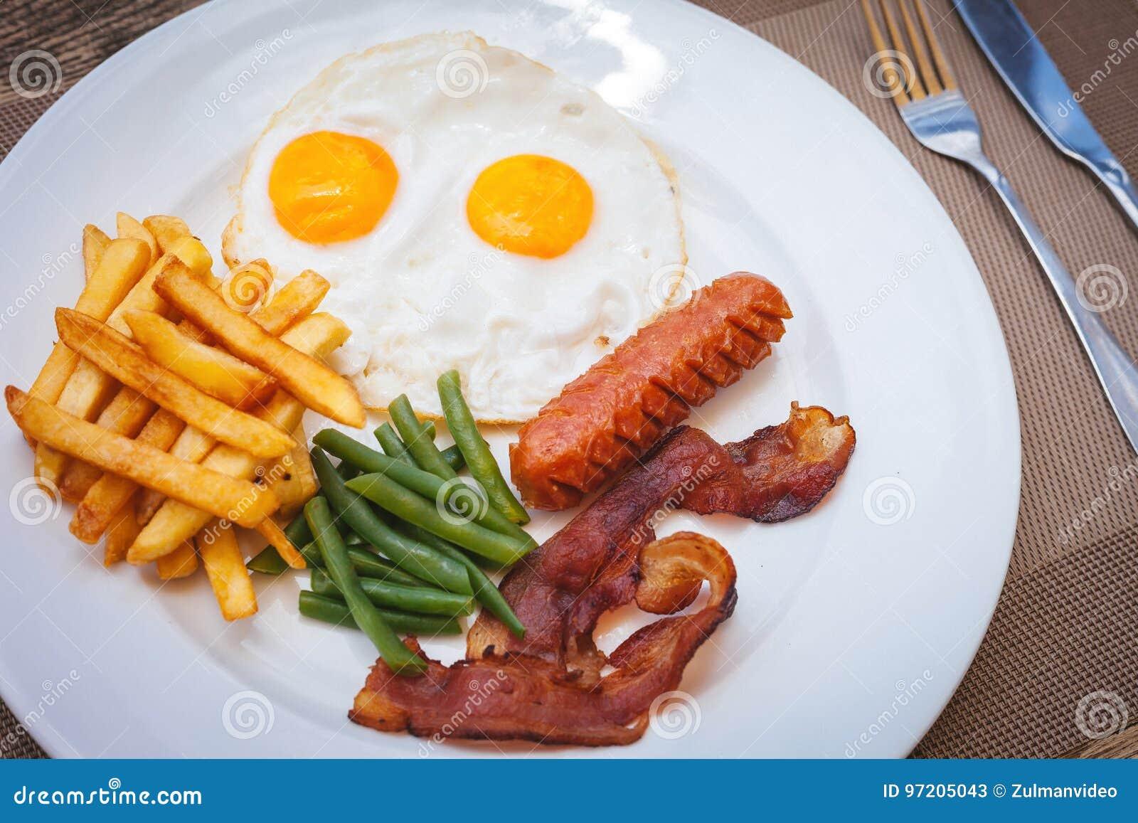Desayuno Inglés Con Los Huevos Fritos El Tocino Las Salchichas