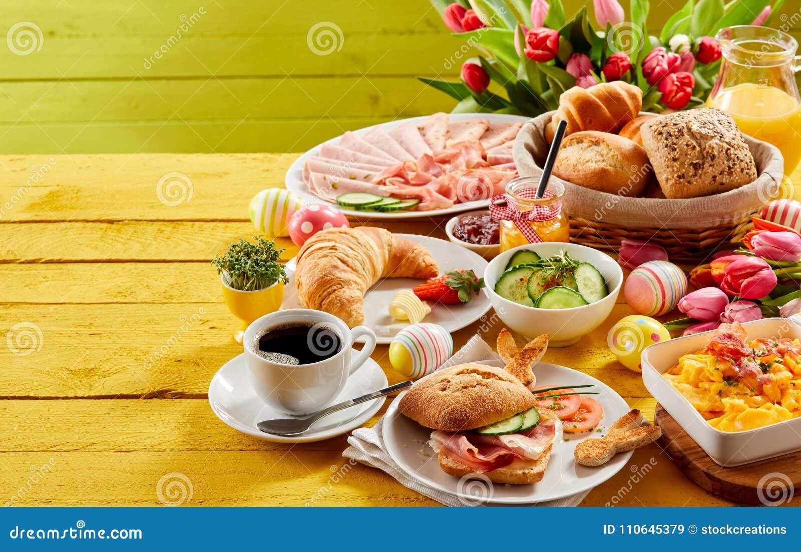 Desayuno o brunch de la comida fría de Pascua