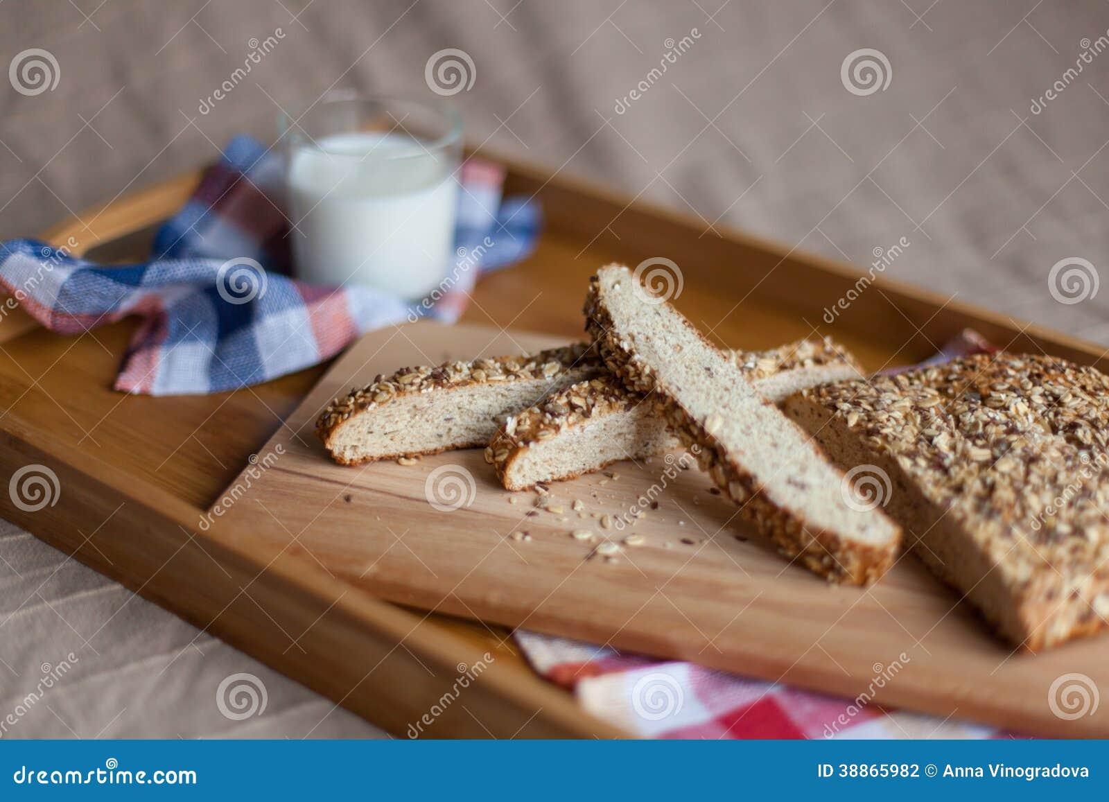 Desayuno que consiste en el pan y la leche