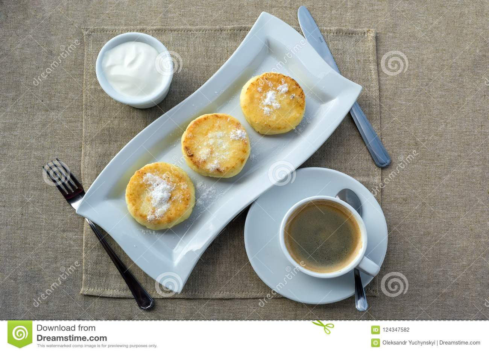 Desayuno que consiste en la crepe con crema agria y café