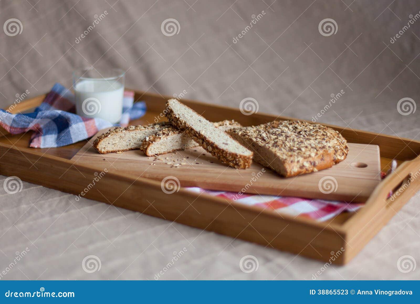Desayuno que consiste en la leche y el pan