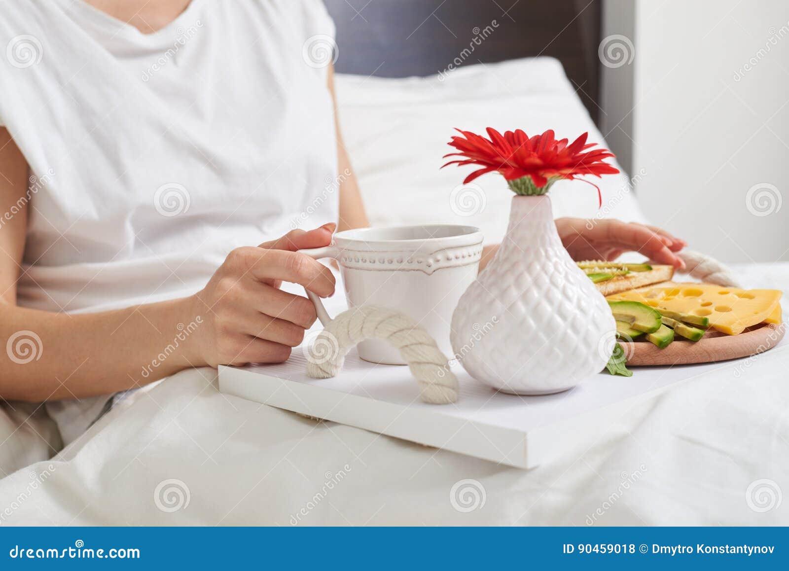 Desayuno romántico en la bandeja adornada con la flor roja para el amante