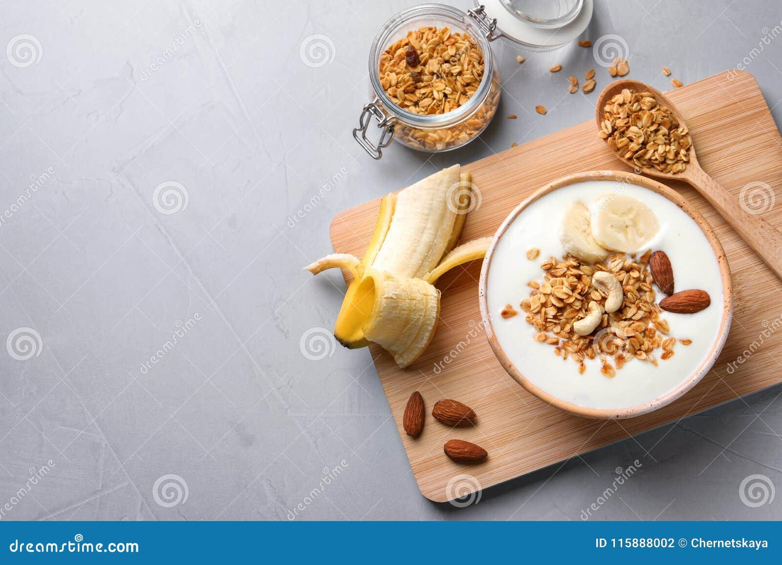 Desayuno sabroso con el yogur, el plátano y el granola