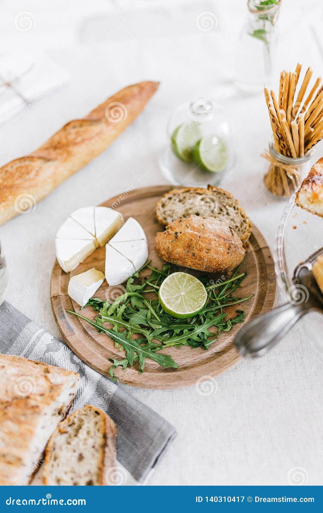 Desayuno sabroso de la mañana con los cruasanes y el queso en la tabla