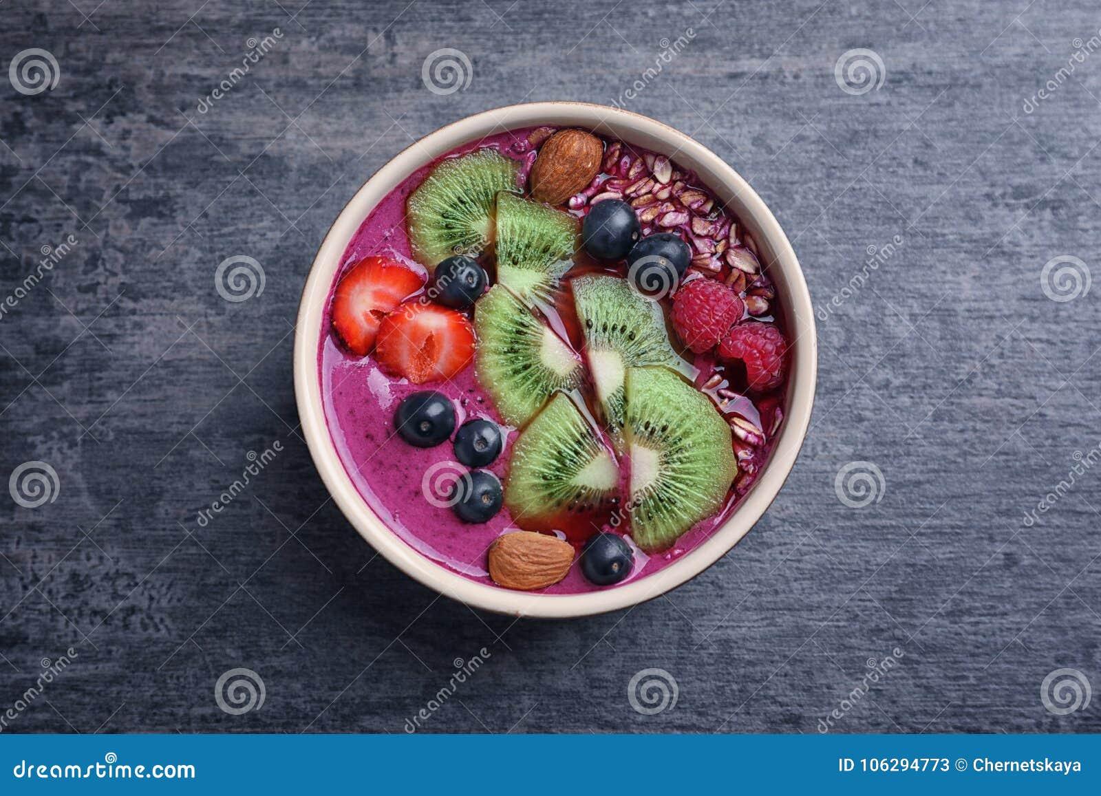 Desayuno sano con el smoothie delicioso del acai