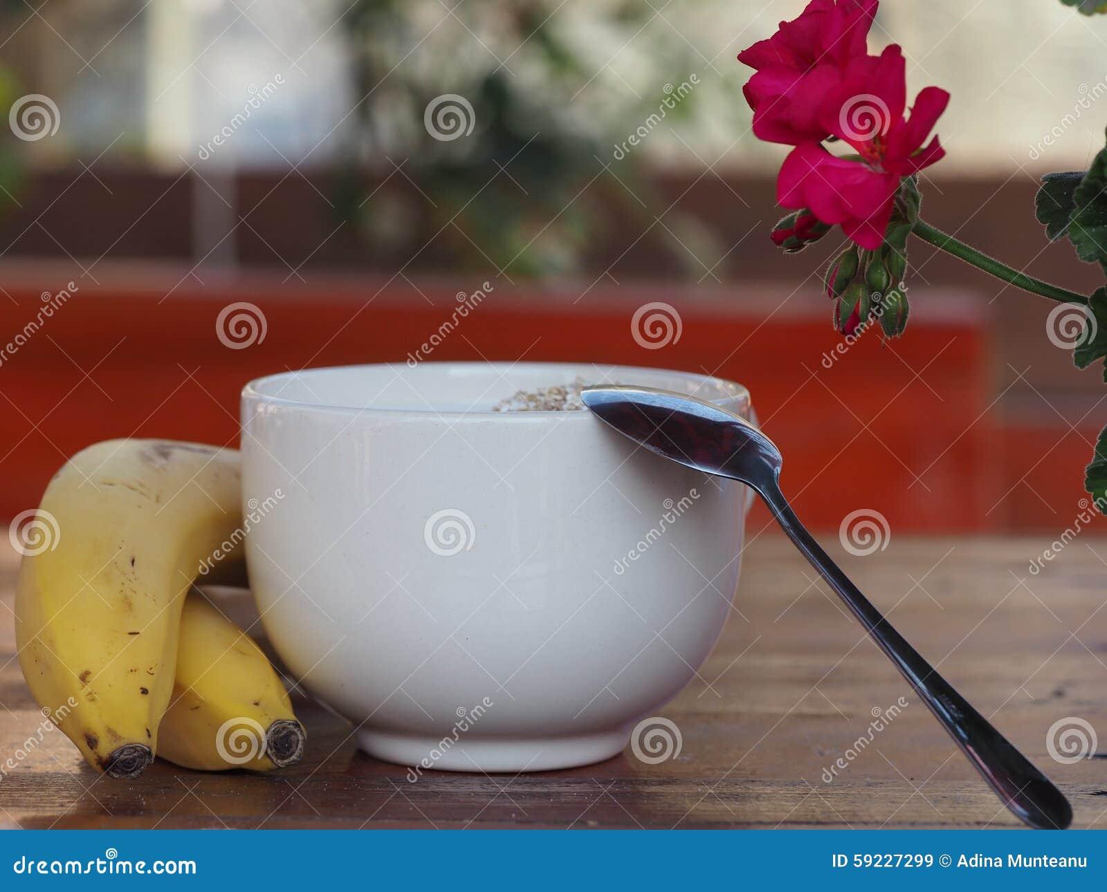 Desayuno sano con los cereales, la lechería y los plátanos